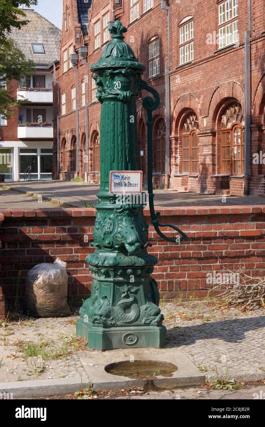 Eine Wasserpumpe am Straßenrand in Berlin-Spandau in der Gartenstadt Staaken; A water pump on the roadside in Berlin-Spandau. Stock Photo