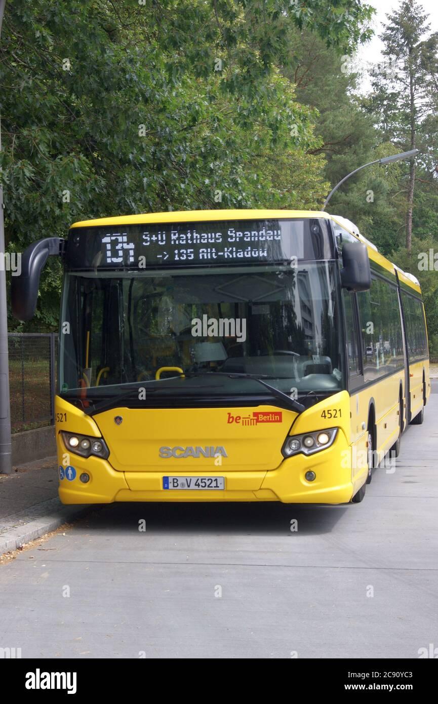 BVG-Bus Scania Citywide LFA (G16) an der Betriebshaltestelle Pionierstraße Friedhof In den Kisseln im Falkenhagener Feld Stock Photo