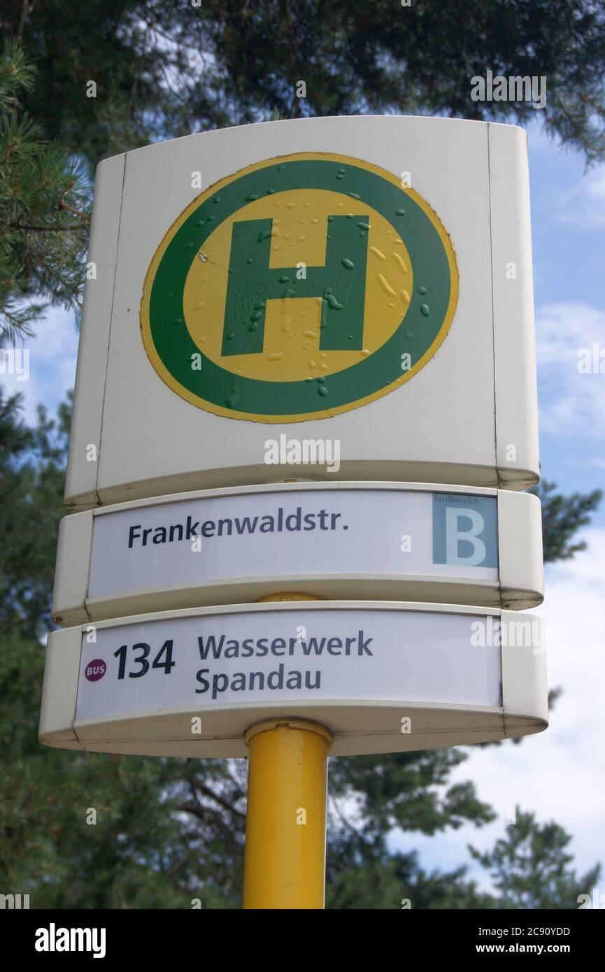 BVG-Haltestelle Frankenwaldstraße Ecke Pionierstraße im Falkenhagener Feld in Berlin-Spandau Stock Photo