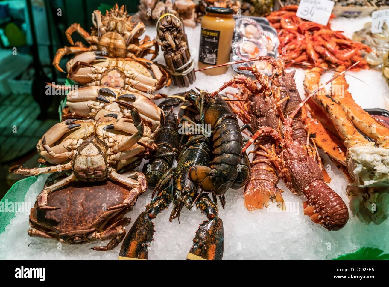 frischer Fisch in der Markthalle La Boqueria,  Mercat de la Boqueria, Barcelona, Spanien | Mercat de la Boqueria, fresh fish, seefood,  Market hall, B Stock Photo