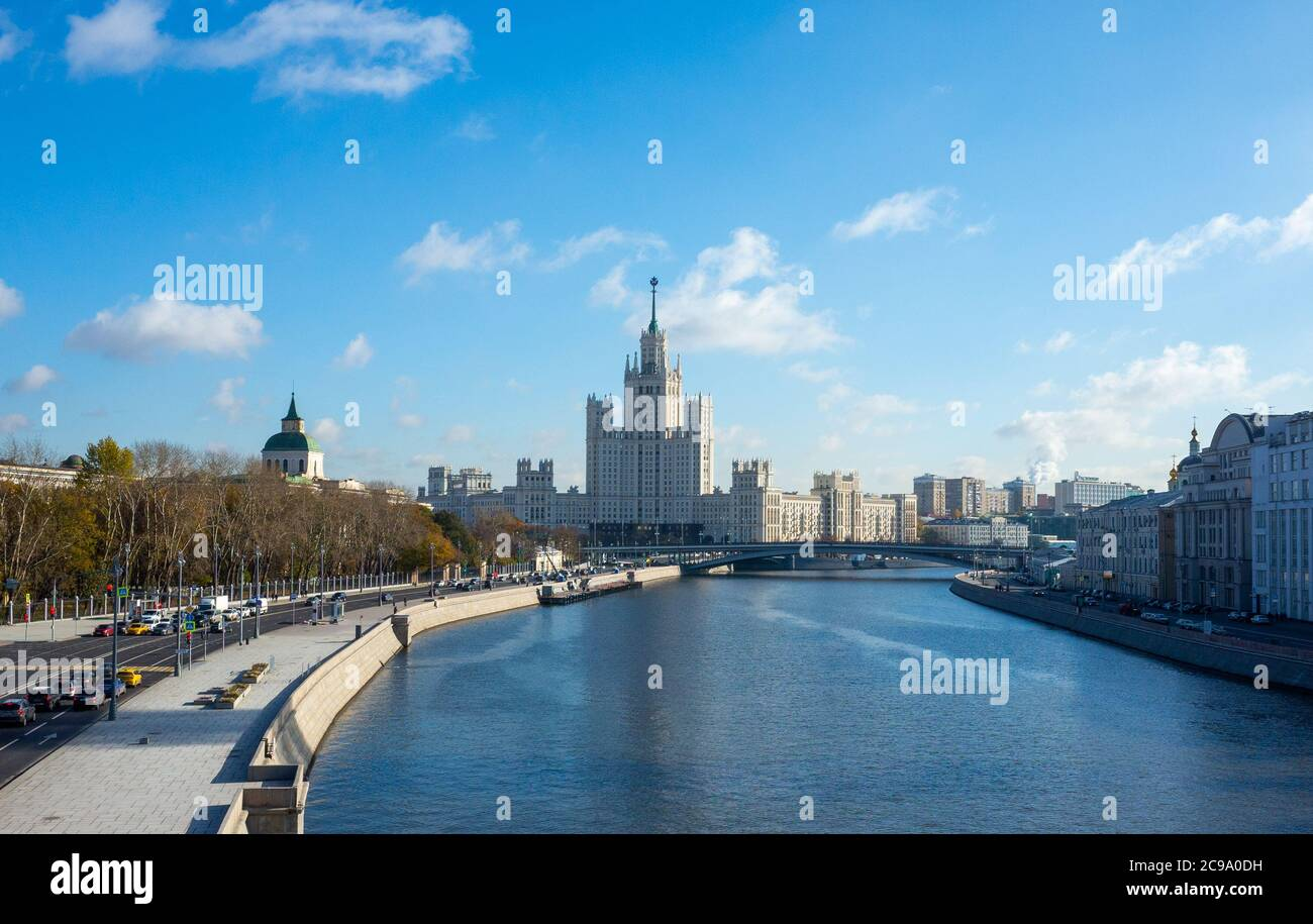 October 22, 2017 Moscow, Russia. Cars on Moskvoretskaya embankment and a view of the high-rise on Kotelnicheskaya embankment in Moscow. Stock Photo