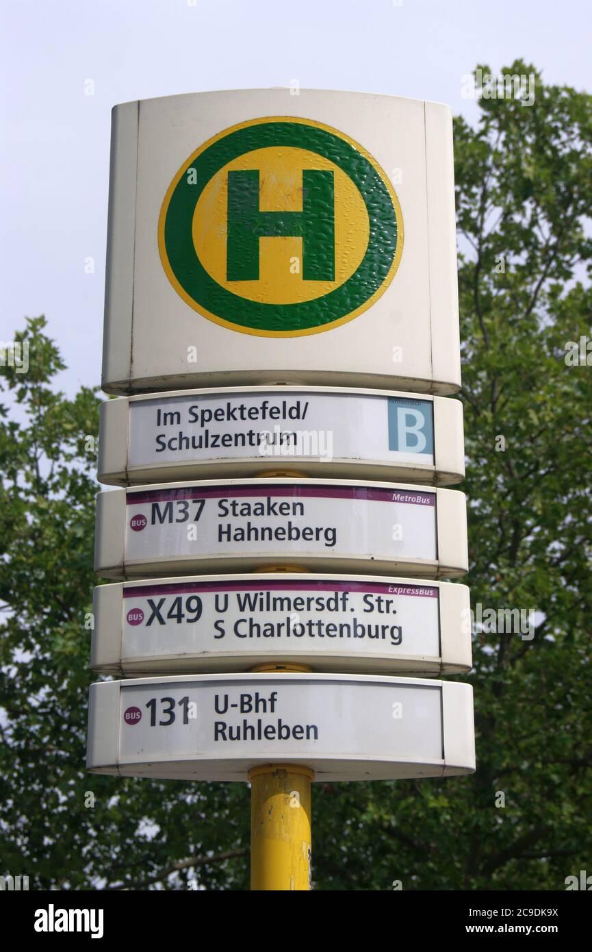 Die BVG-Haltestelle Im Spektefeld/Schulzentrum im Falkenhagener Feld / Spektefeld in Berlin-Spandau Stock Photo