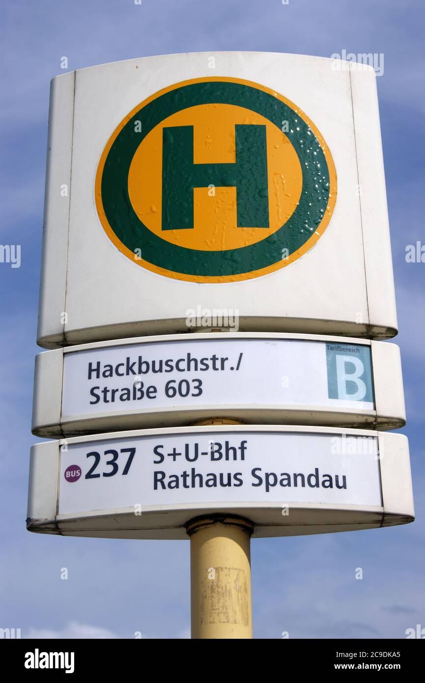 BVG-Haltestelle Hackbuschstraße Ecke Straße 603 in Berlin-Spandau Stock Photo