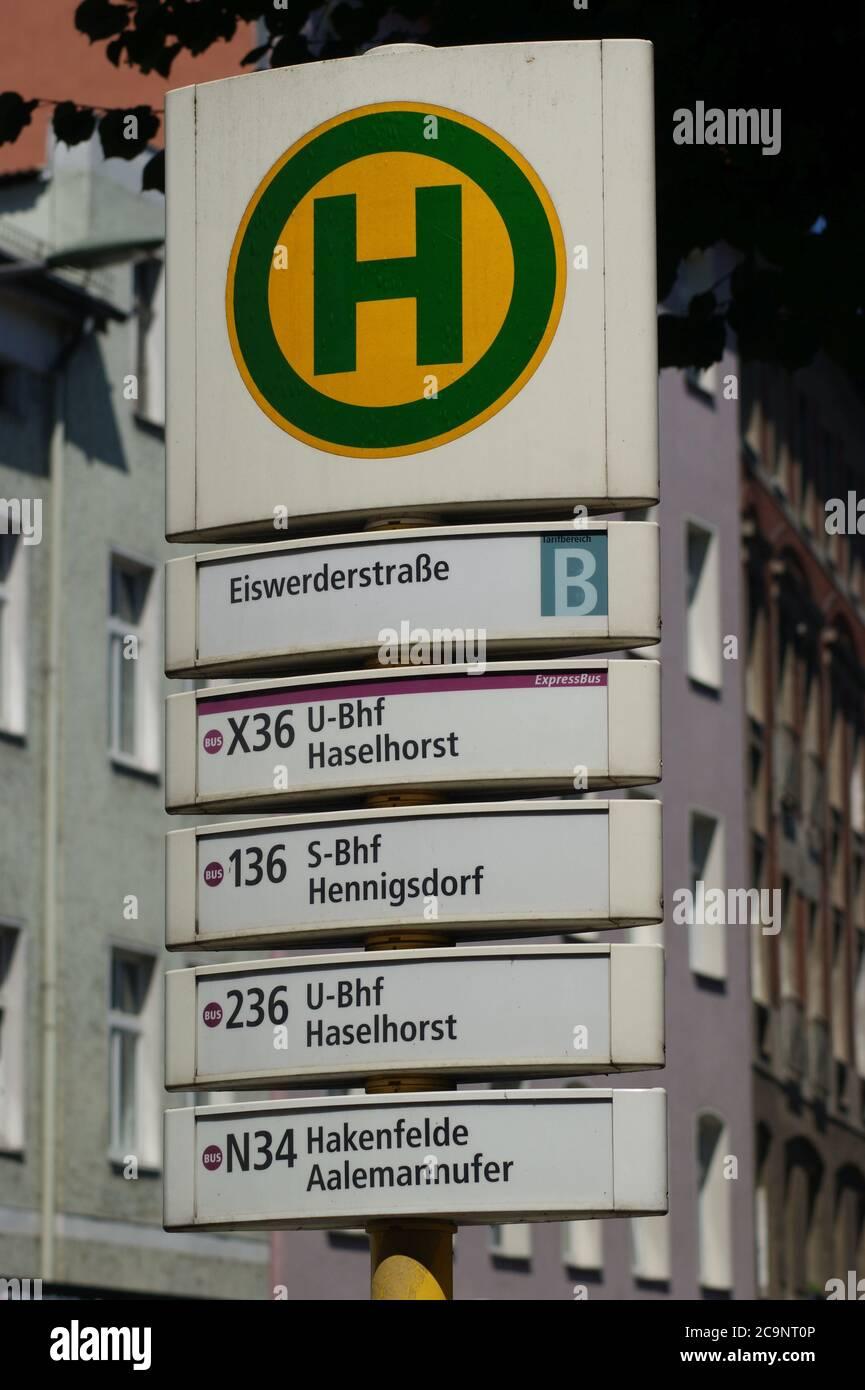 Eine Bushaltestelle der BVG: BVG-Haltestelle Eiswerderstraße in Berlin-Spandau Stock Photo
