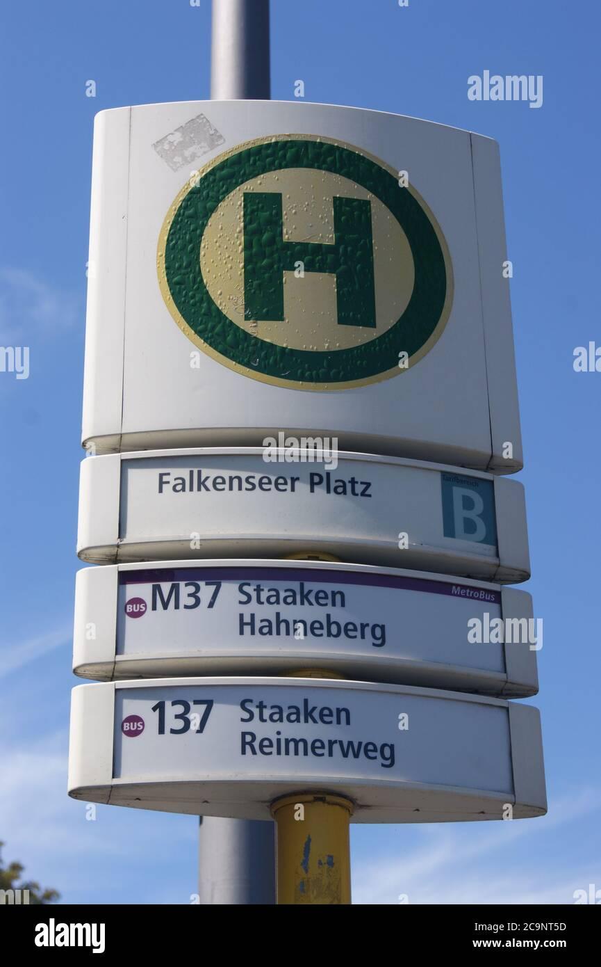 Eine Bushaltestelle der BVG: BVG-Haltestelle Falkenseer Platz in Berlin-Spandau Stock Photo