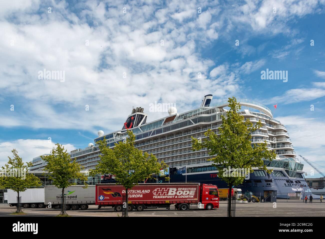 Das erste Kreuzfahrtschiff des Jahres, die Mein Schiff 1,  ist am Ostseekai ohne Passagiere in Kiel eingetroffen. Sie wird hier proviantiert Stock Photo