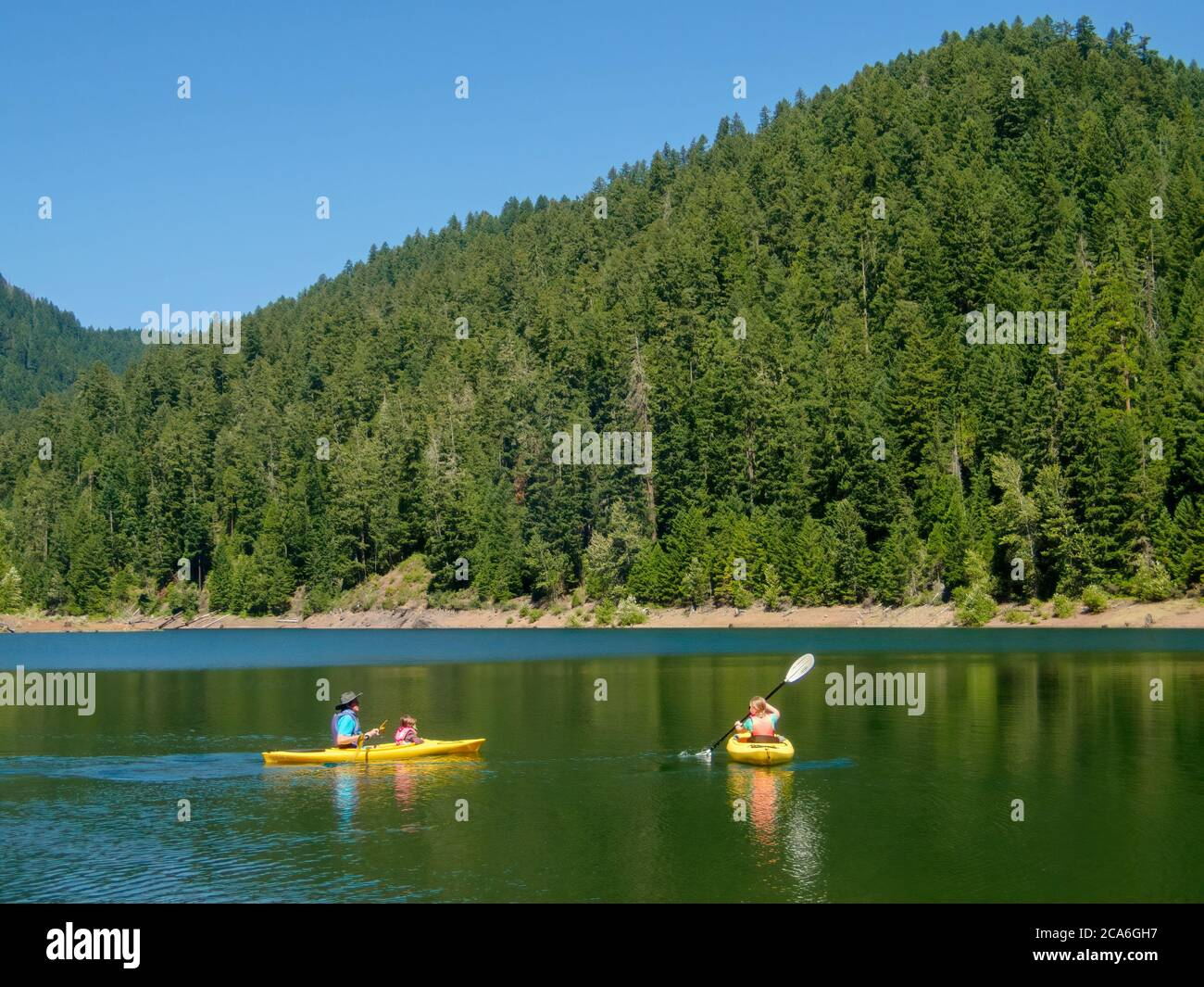 Hunter, Chester and Anabel kayaking at Larison Cove, Hills Creek Reservoir, Willamette National Forest, Oregon. Stock Photo