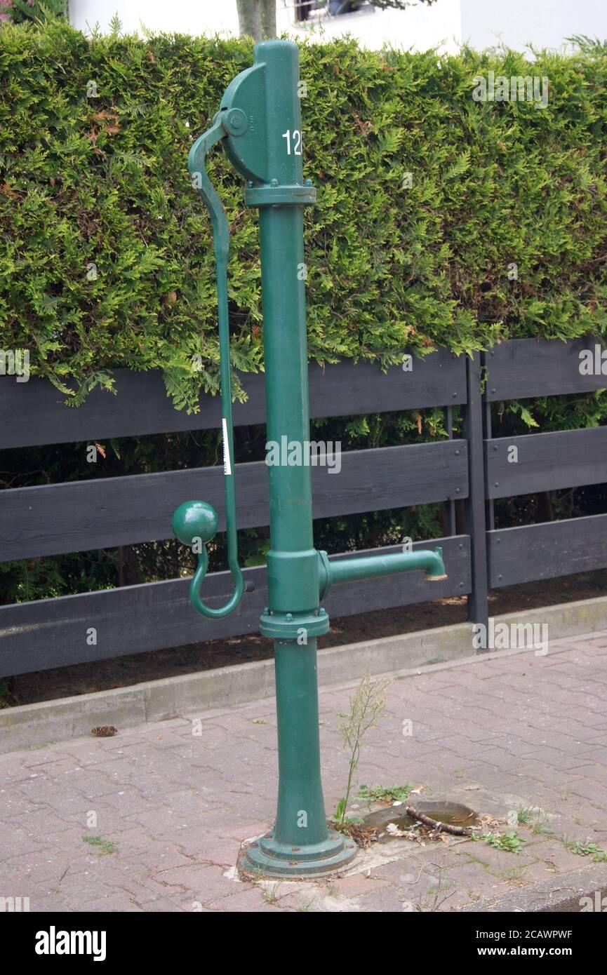 Eine Wasserpumpe am Straßenrand in Staaken, Berlin-Spandau, im Blankeneser Weg Ecke Pinneberger Weg Stock Photo