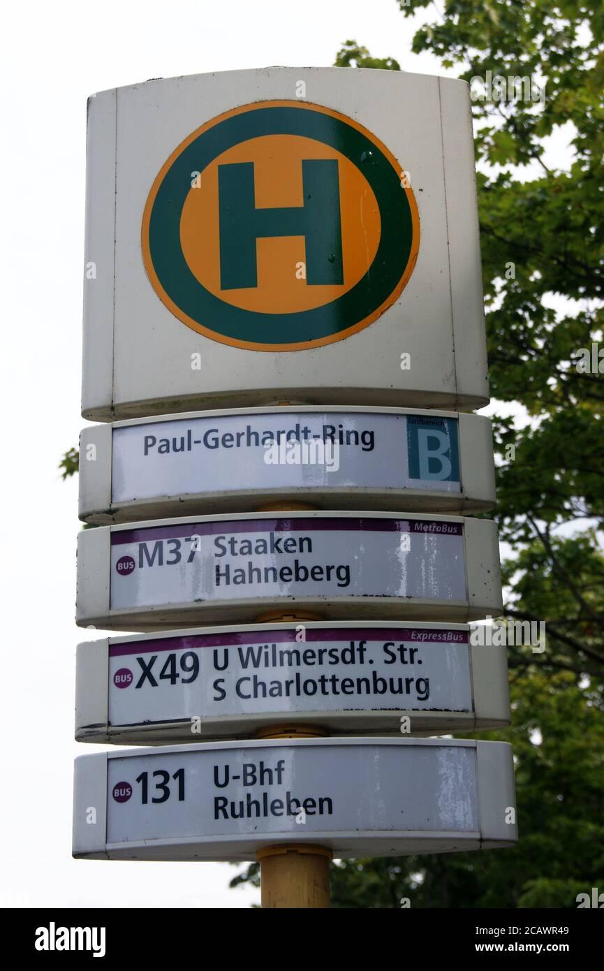 Die BVG-Haltestelle Paul-Gerhardt-Ring im Falkenhagener Feld / Spektefeld in Berlin-Spandau Stock Photo