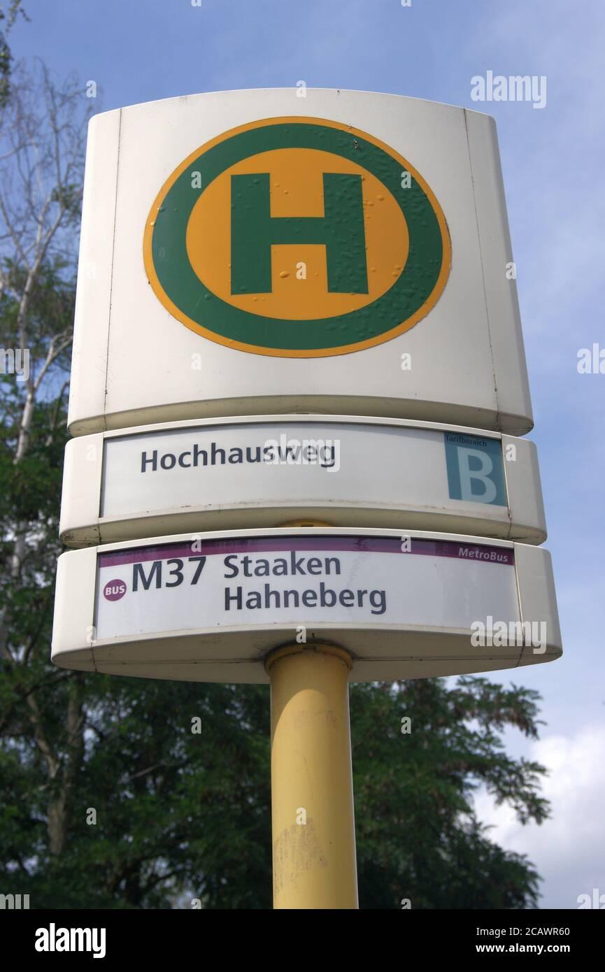 Die BVG-Haltestelle Hochhausweg im Falkenhagener Feld / Spektefeld in Berlin-Spandau Stock Photo