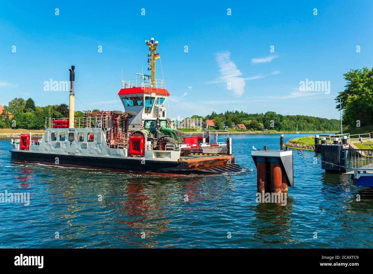 """Die Kanalfähre """"Pillau"""" transportiert Fahrzeuge und Personen von einem Ufer des Kiel-Canals und das kostenlos 24 Stunden am Tag durchgehend Stock Photo"""