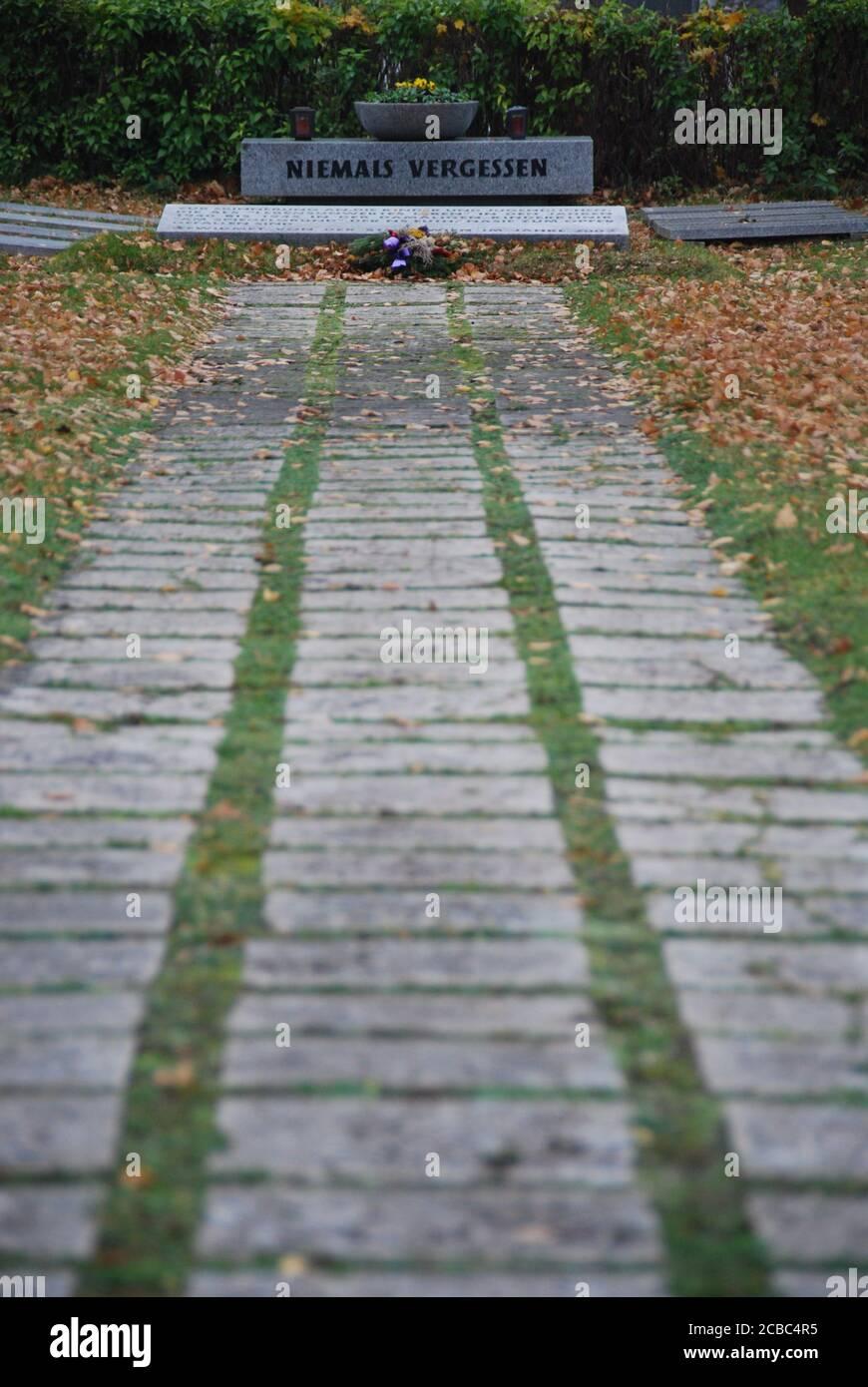Niemals vergessen Gedenkstätte im Herbst mit Laub Stock Photo