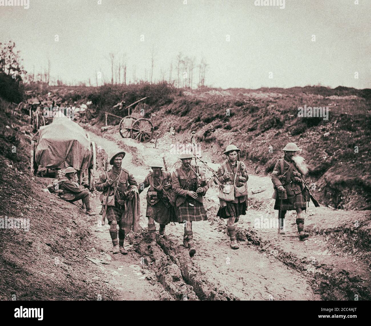 The Worl War I. Battle of the Somme. A piper of the 7th Seaforth Highlanders leads four men of the 26th Brigade back from the trenches after the attac Stock Photo