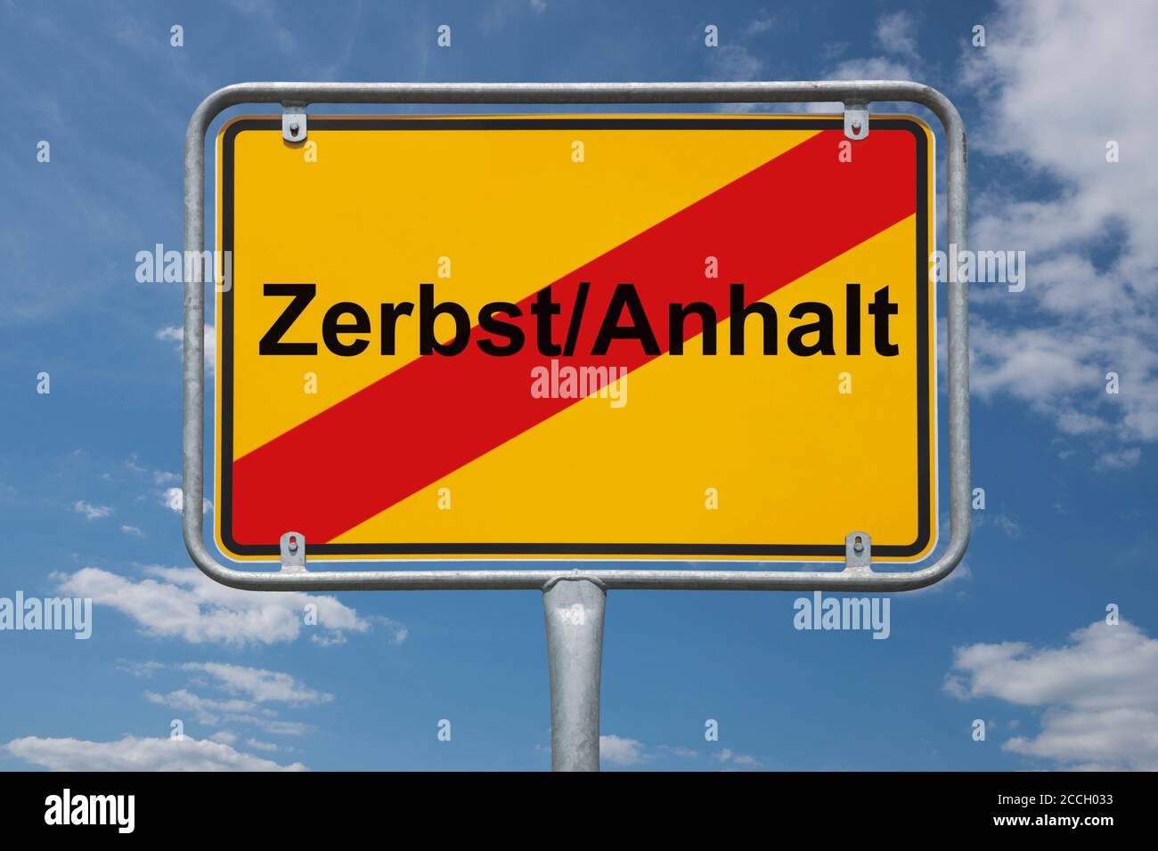 Ortstafel Zerbst/Anhalt, Sachsen-Anhalt, Deutschland | Place name sign Zerbst/Anhalt, Saxony-Anhalt, Germany, Europe Stock Photo
