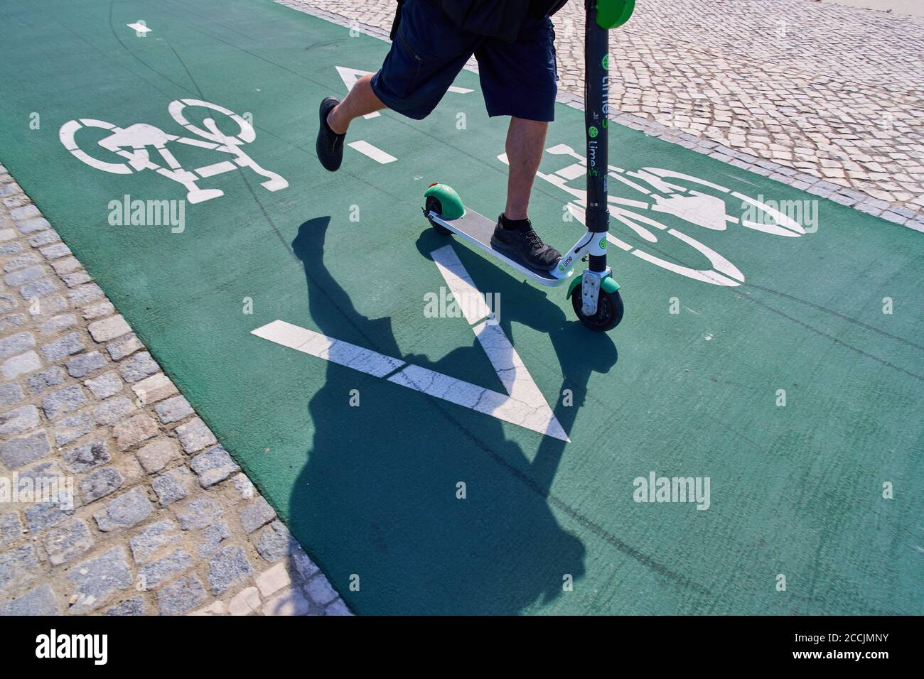 Lisbon, Lissabon, Portugal, 16rd August 2020.  A man driving an e-scooter on a bicycle track. © Peter Schatz / Alamy Stock Photos Stock Photo