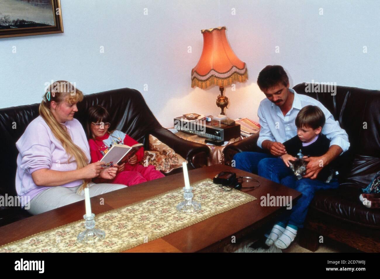 Bildreportage: Linn Westedt mit ihren Eltern und dem Bruder im Wohnzimmer. Stock Photo