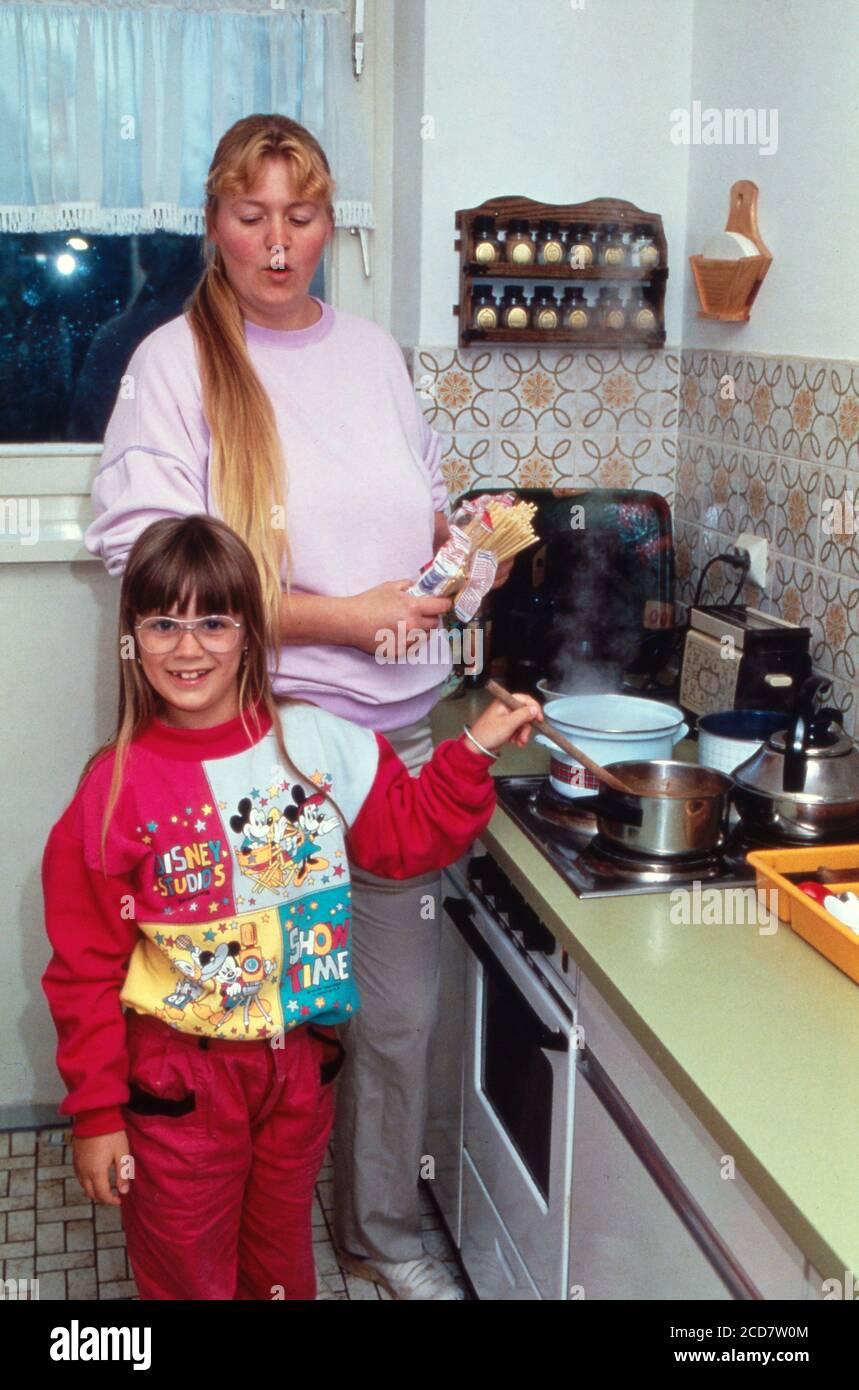 Bildreportage: Linn Westedt beim Kochen mit ihrer Mutter in der Küche. Stock Photo