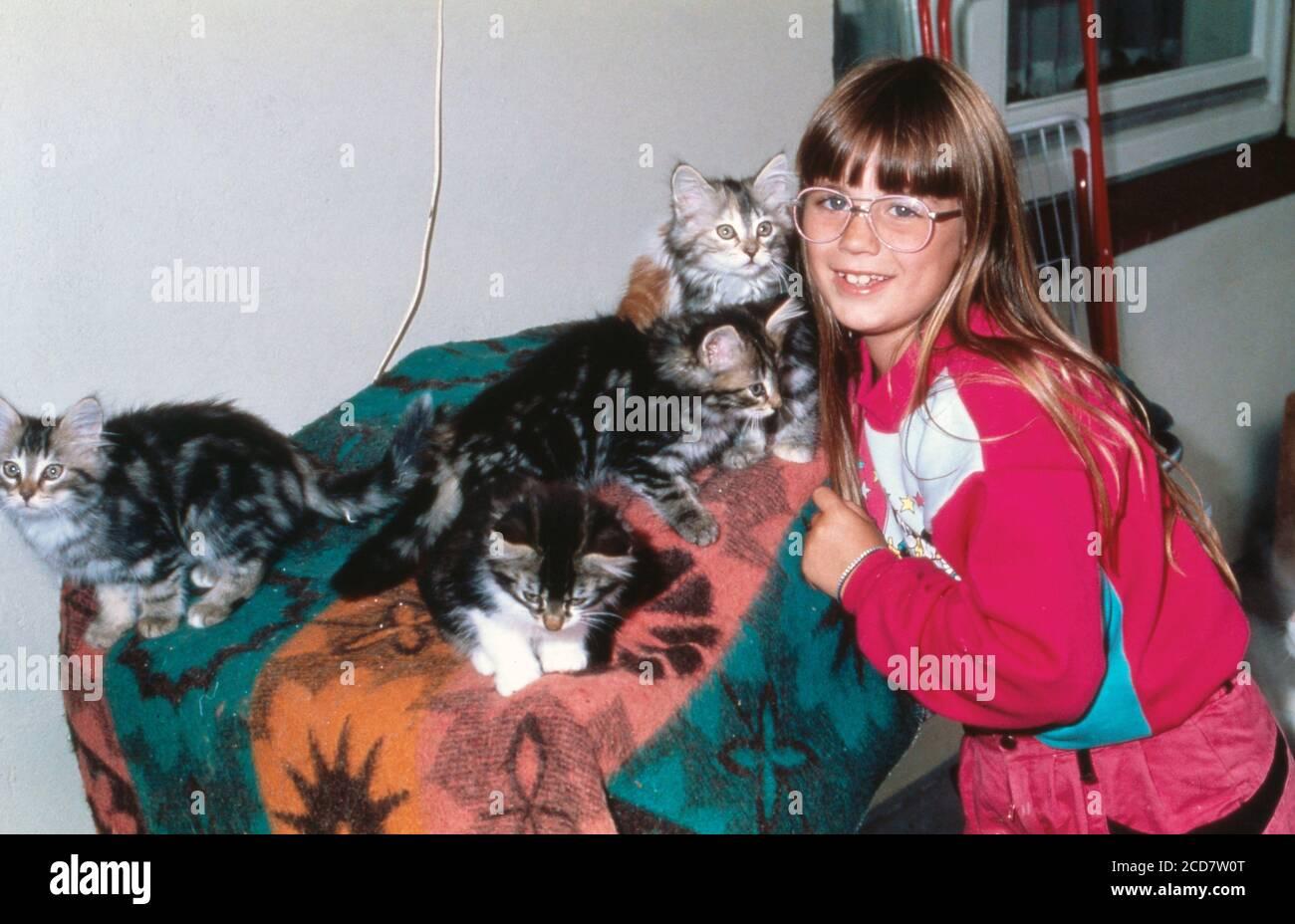 Bildreportage: Linn Westedt spielt mit kleinen Katzen. Stock Photo
