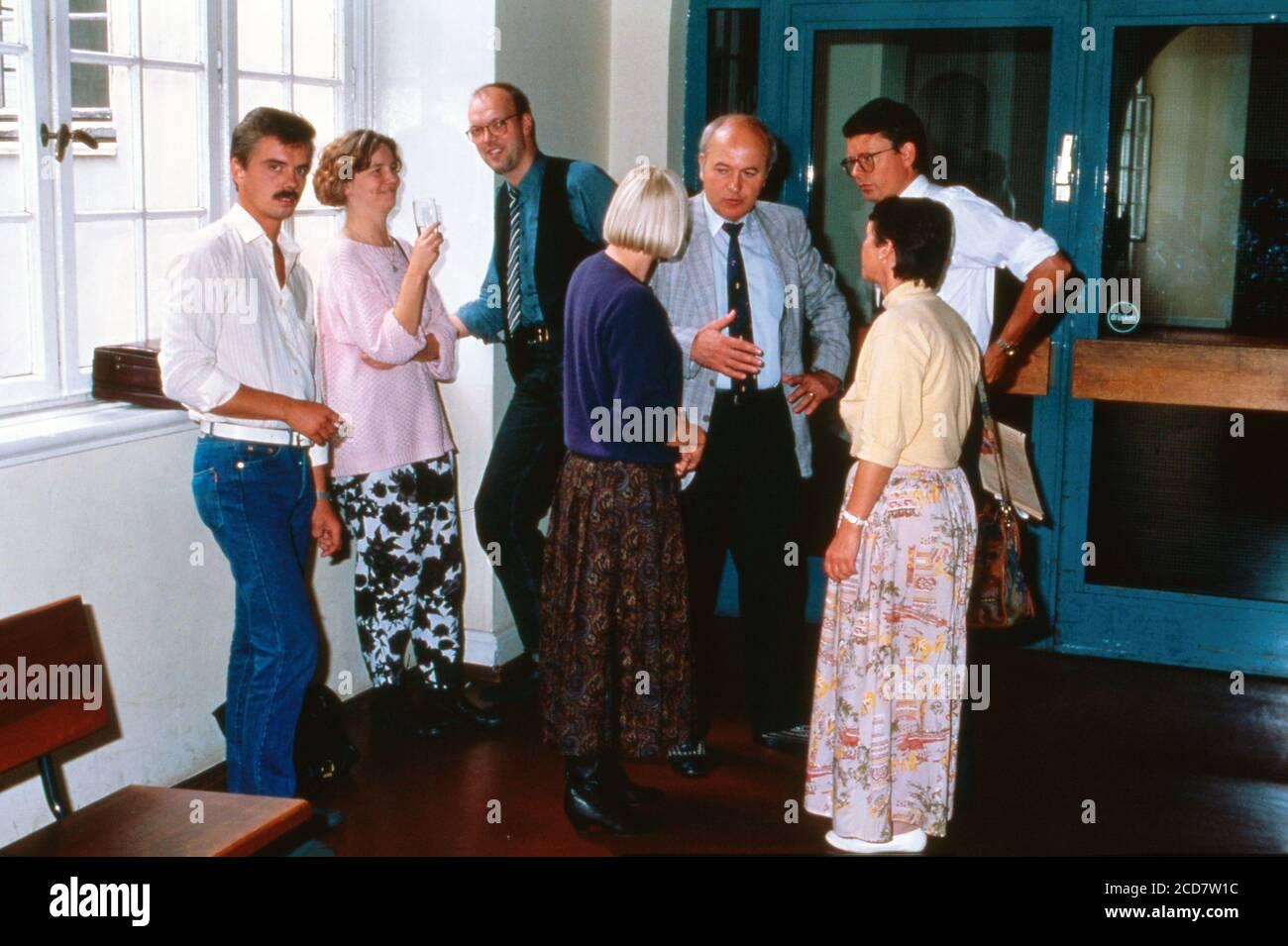 Bildreportage: Prozess Linn Westedt, Absprachen vor dem Gerichtssaal in Hamburg, Deutschland 1990. Stock Photo