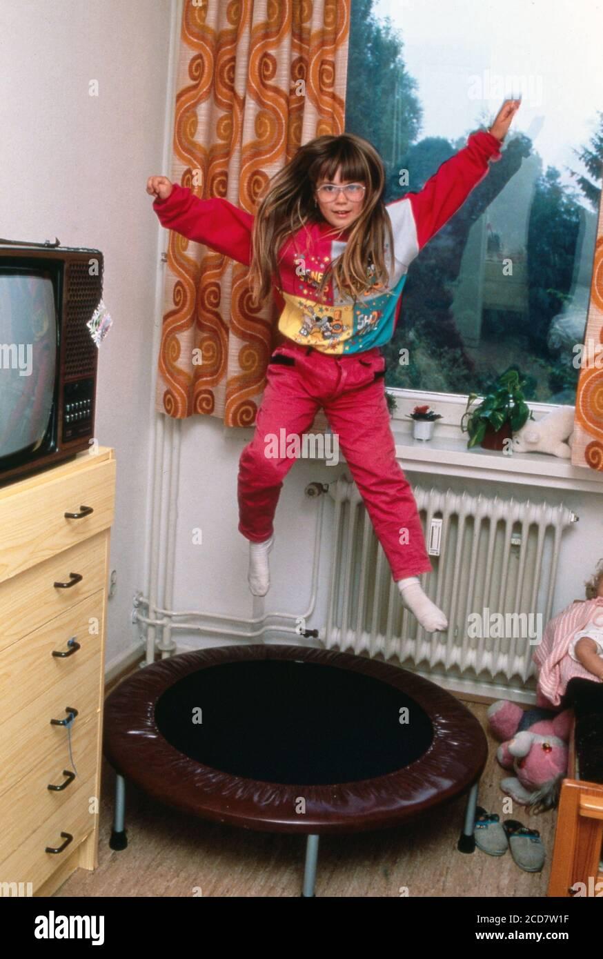 Bildreportage: Linn Westedt tobt auf ihrem Trampolin in ihrem Kinderzimmer Stock Photo