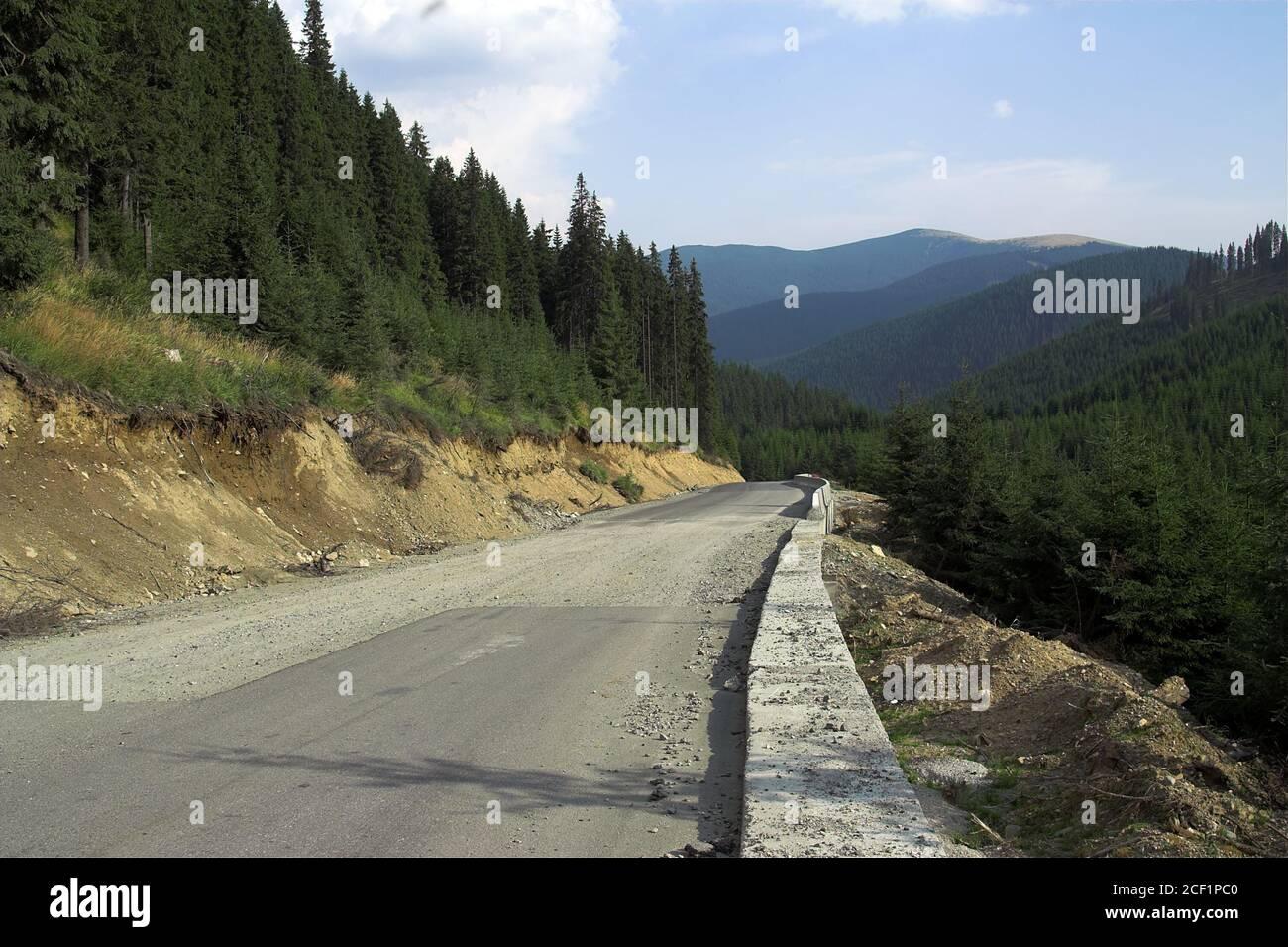 Romania, Carpathians, the road among green hills. Rumänien, Karpaten, die Straße zwischen grünen Hügeln. Cárpatos, el camino entre verdes colinas. Stock Photo
