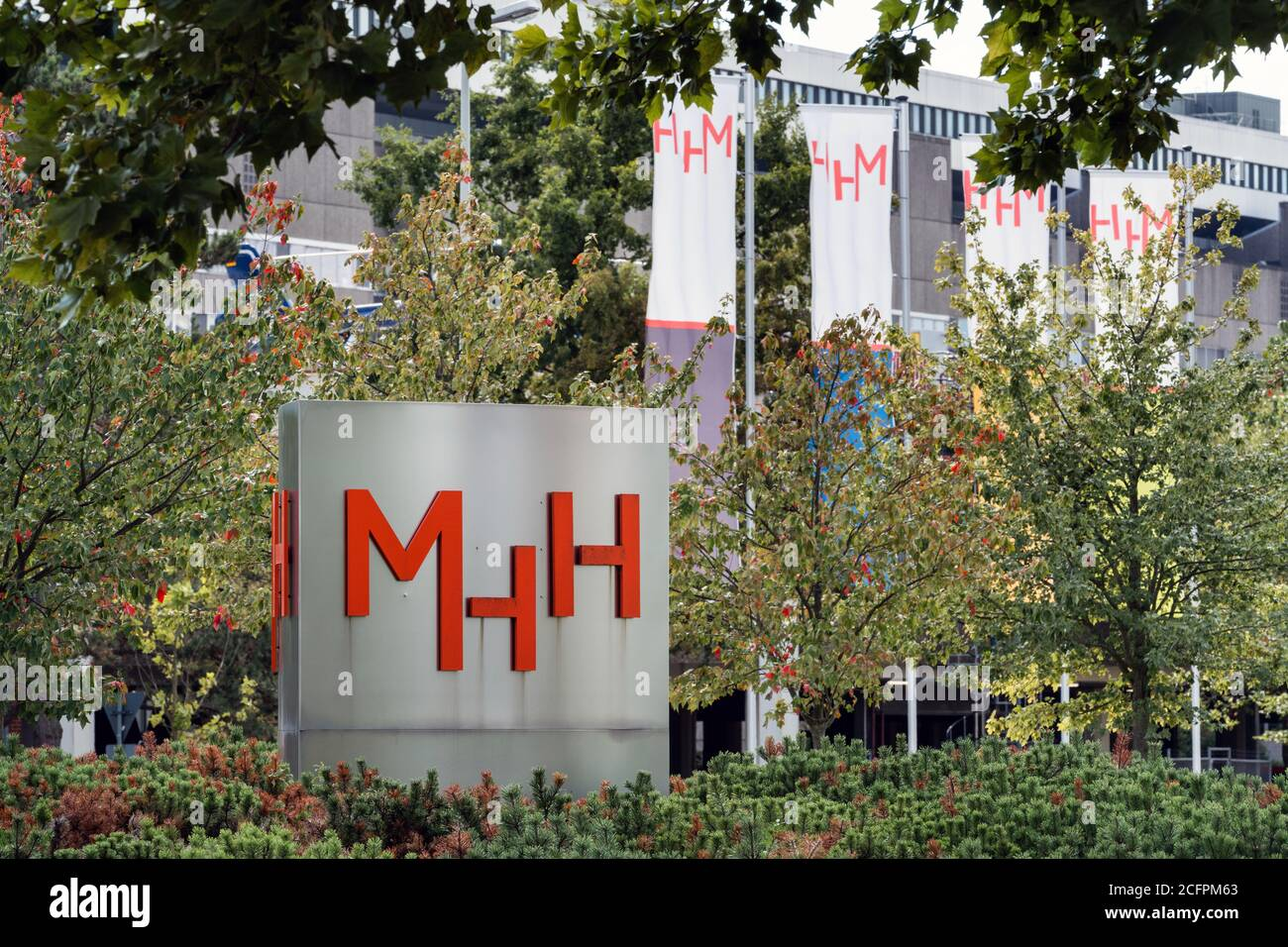 Hanover, Germany, September 6th, 2020: MHH Medical University Hanover, flags with the MHH logo on the central entrance.   ---   Hannover, 06.09.2020: MHH Medizinische Hochschule Hannover, Fahnen mit dem Logo der MHH an der zentralen Zufahrt. Stock Photo