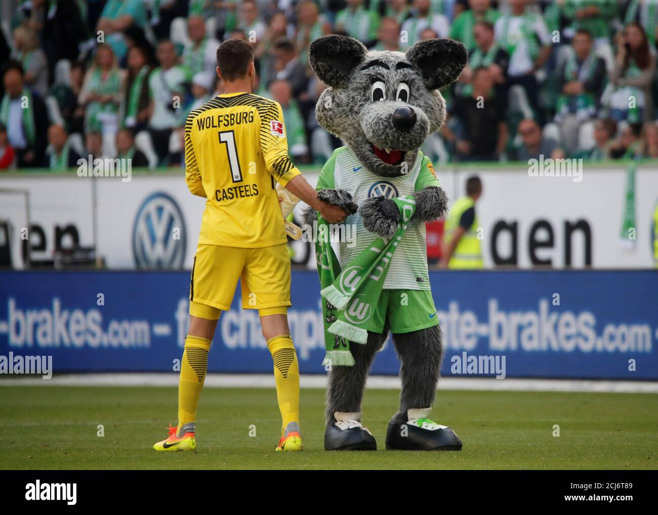 Soccer Football Bundesliga Vfl Wolfsburg V Fc Cologne Volkswagen Arena Wolfsburg Germany May 12 2018 Wolfsburg S Koen Casteels Celebrates With The Mascot After The Match Reuters Wolfgang Rattay Dfl