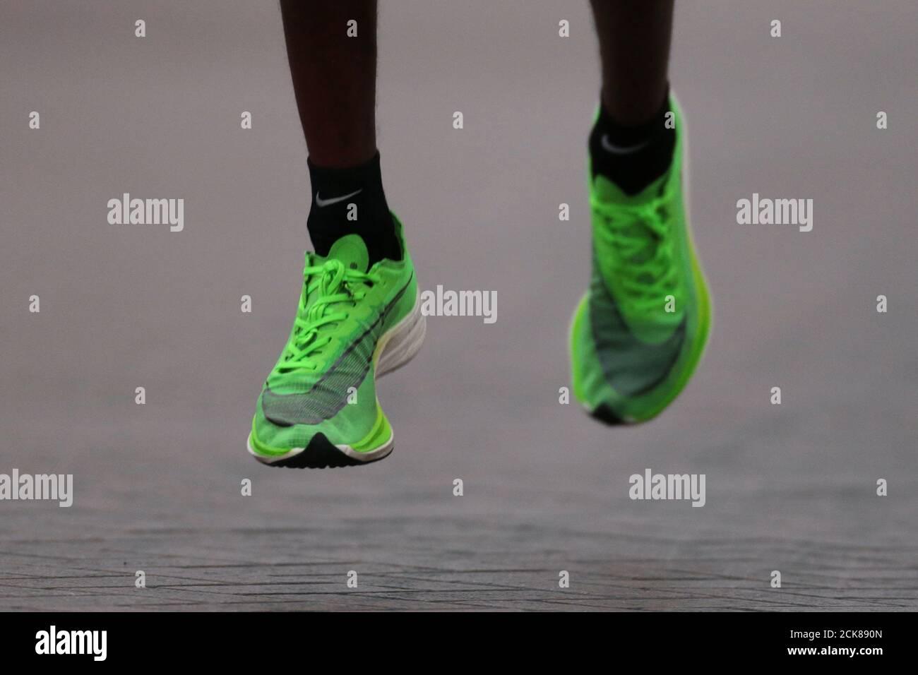 Cuerpo espada Escribe email  Athletics - Dubai Marathon - Dubai, United Arab Emirates - January 24, 2020  General view of athletes wearing the Nike Vaporfly shoe during the race  REUTERS/Christopher Pike Stock Photo - Alamy