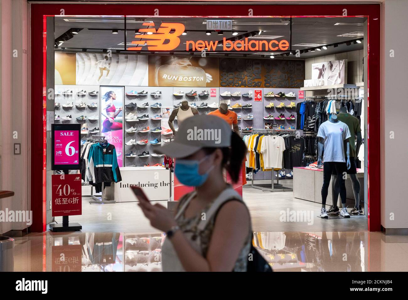ventilador pandilla cangrejo  New Balance Store High Resolution Stock Photography and Images - Alamy