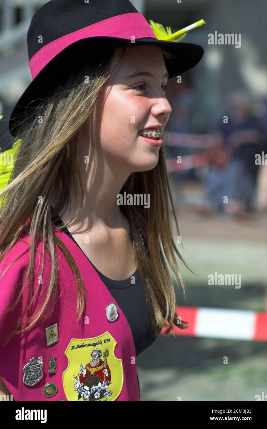 Smiling girl in a hat with dental braces on her teeth. Lächelndes Mädchen in einem Hut mit Zahnspangen auf ihren Zähnen. Uśmiechnięta dziewczyna. Stock Photo