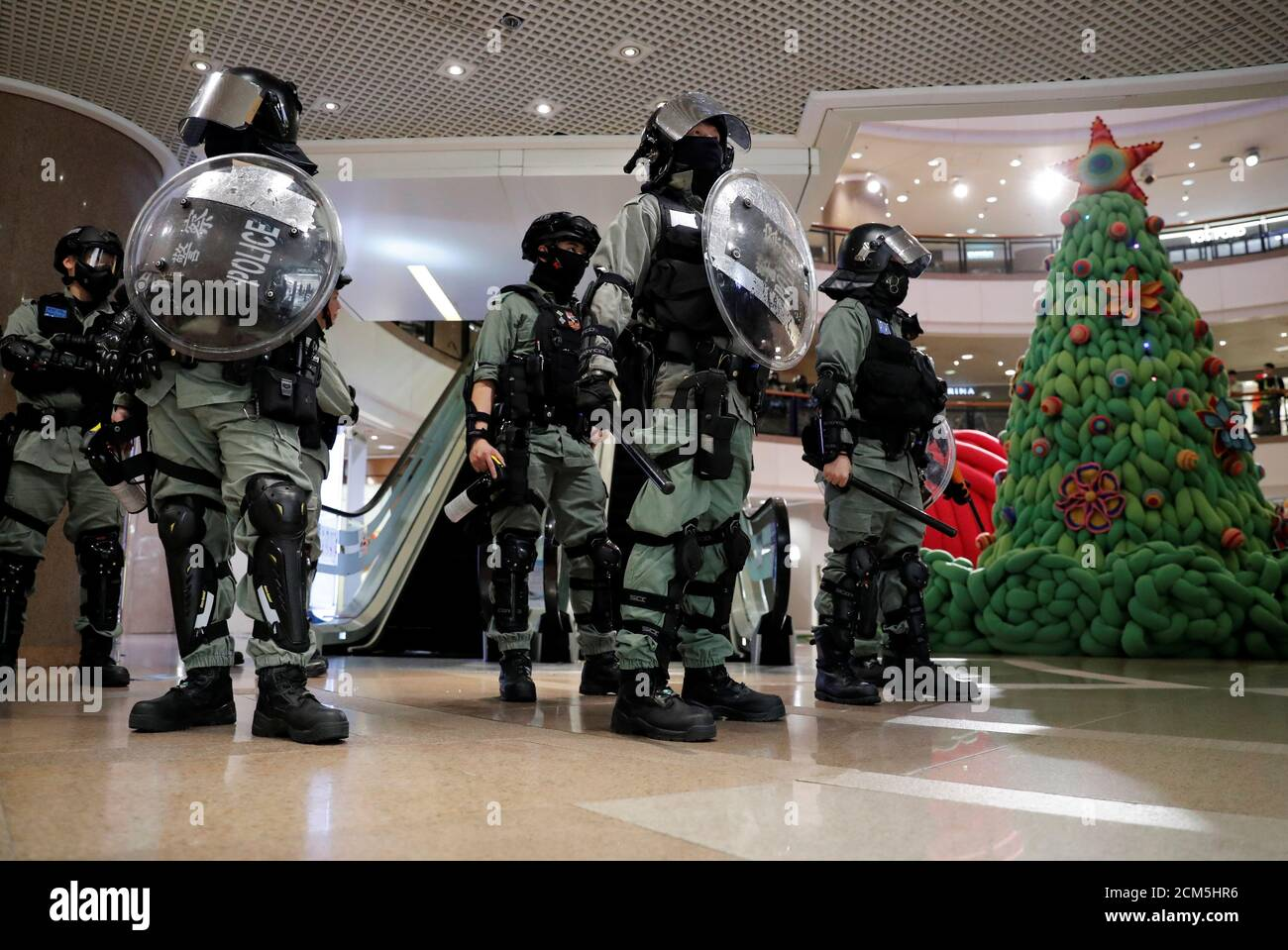 Tyrone Mall Christmas Day 2021 Riot Police Stand Guard Next To A Christmas Tree Inside A Shopping Mall During An Anti