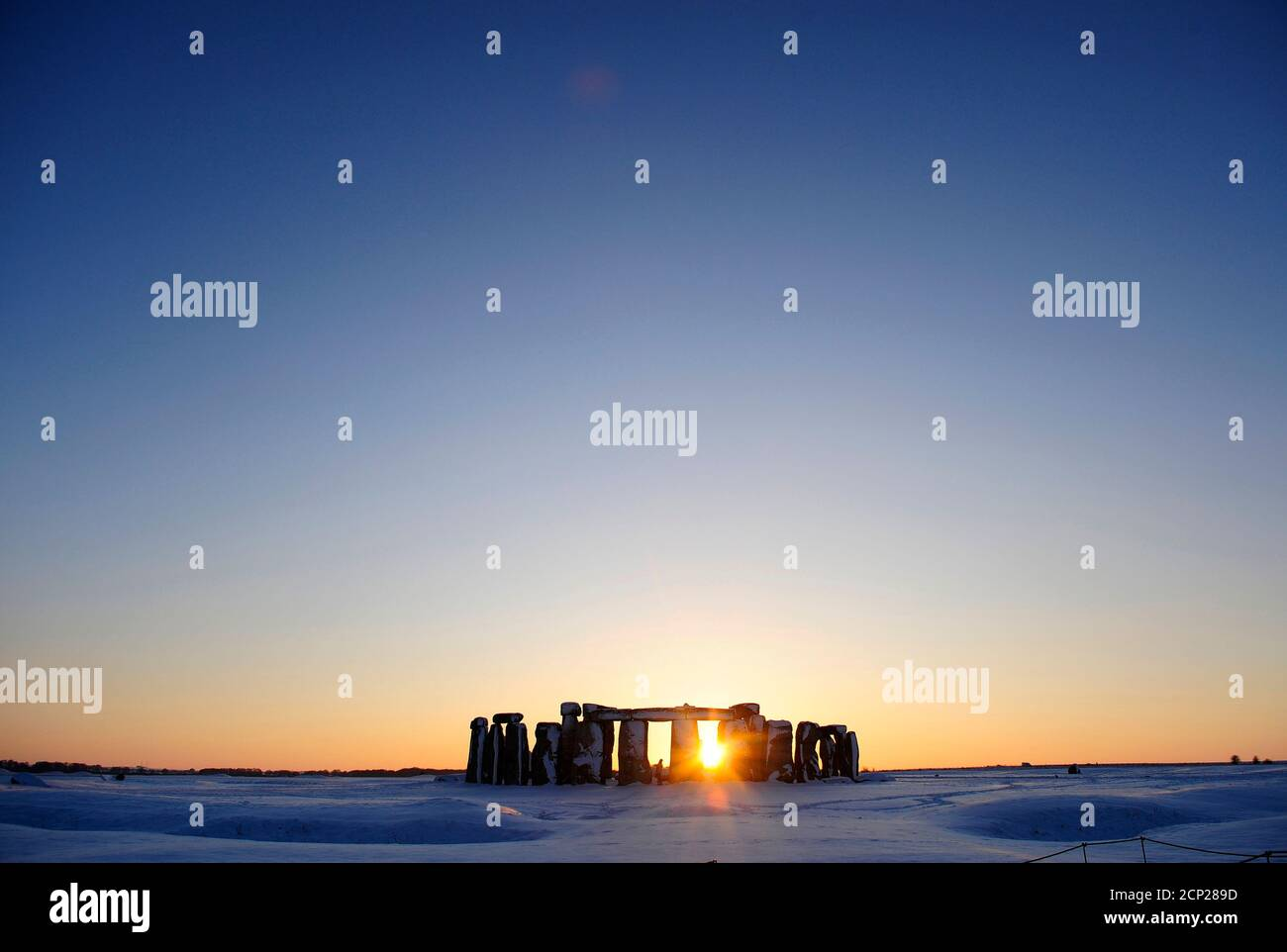 Snow covers the plains surrounding Stonehenge in Wiltshire, southern England January 7, 2010.  REUTERS/Kieran Doherty  (BRITAIN - Tags: SOCIETY IMAGES OF THE DAY TRAVEL ENVIRONMENT) Stock Photo