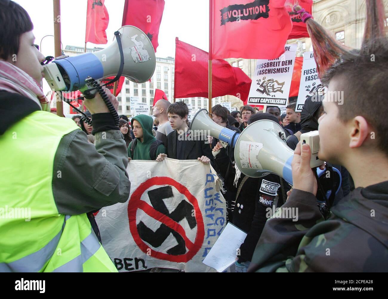 """In Wien fand am Sonntag, den 8. Mai 2005, eine Demonstration unter dem Motto """"Nie wieder Faschismus! Nie Wieder Krieg!"""" statt, an der rund 1000 Menschen teilnahmen. REUTERS/Herwig Prammer REUTERS  PR/ Stock Photo"""