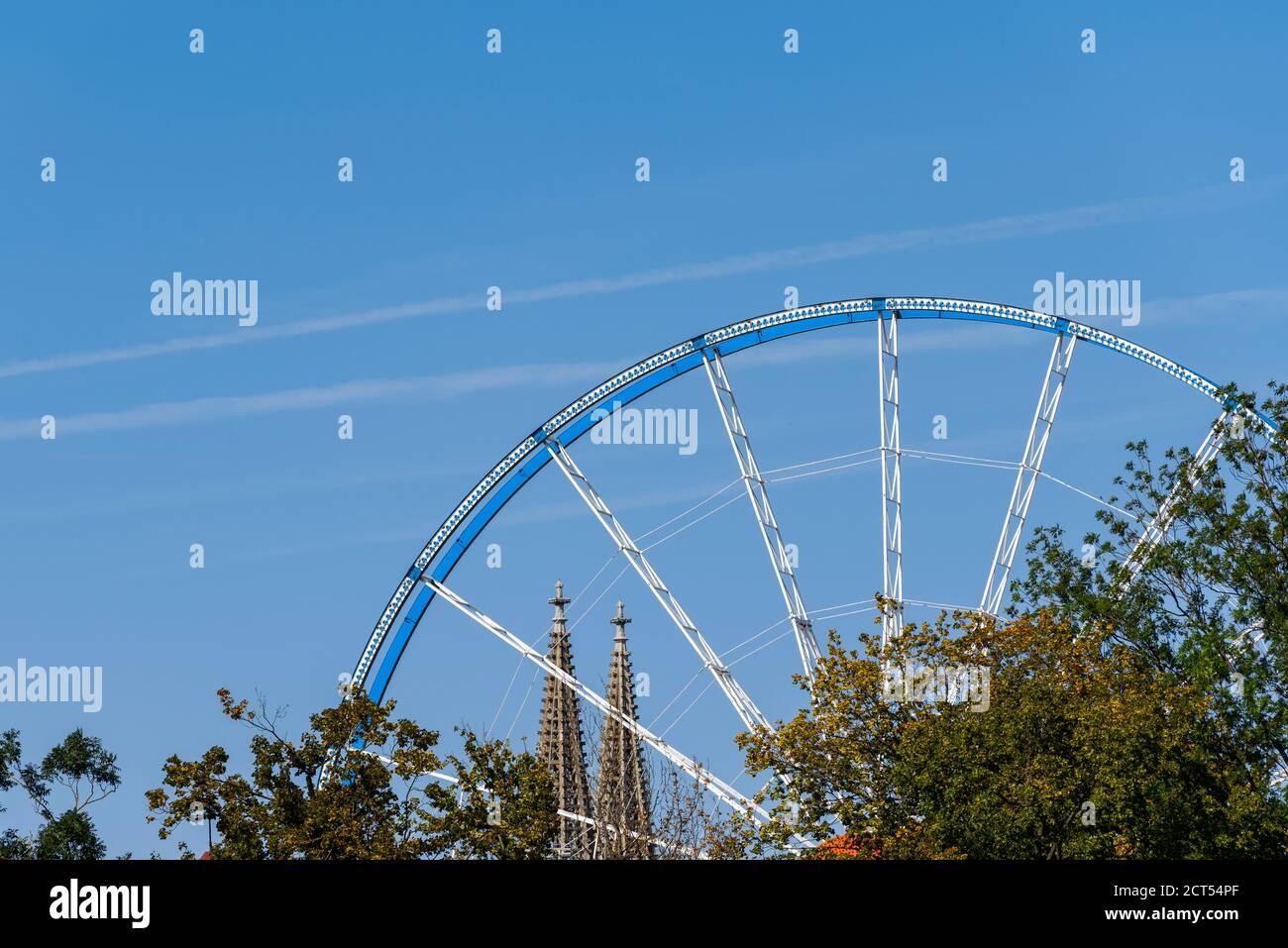 Riesenrad auf dem Ernst-Reuter-Platz und Domtürme in Regensburg bei Tag mit blauem Himmel Stock Photo