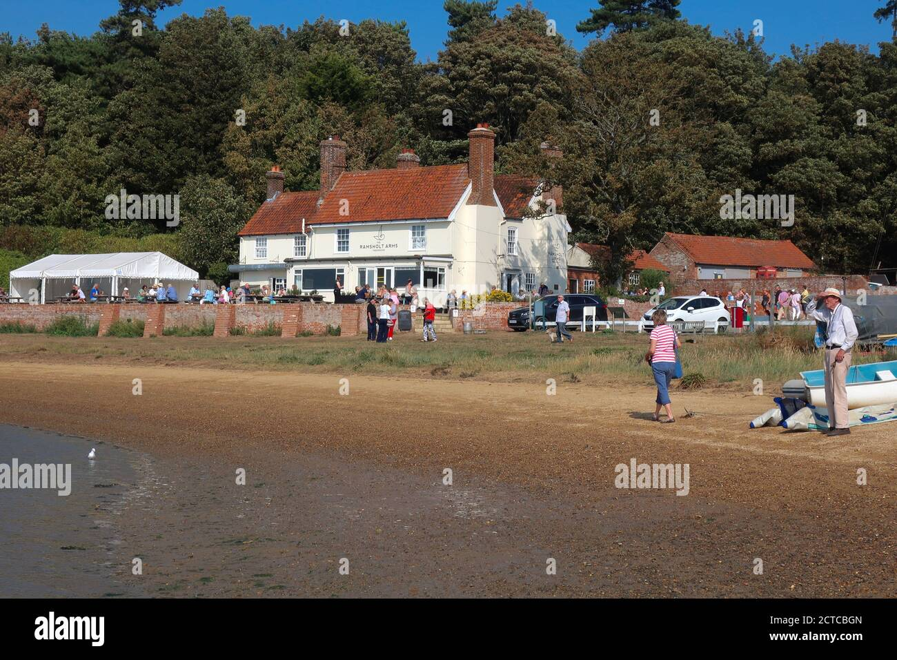 Ramsholt, Suffolk, UK - 22 September 2020: Sunny autumn day for an al fresco lunch at the Ramsholt Arms beside the River Deben. Stock Photo