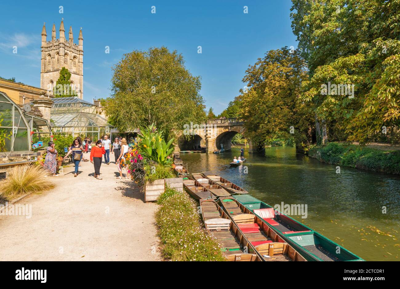 OXFORD CITY ENGLAND BOTANIC GARDENS MAGDALEN TOWER WITH PUNTS AND PUNTING ON THE RIVER CHERWELL UNDER THE CHERWELL BRIDGE Stock Photo