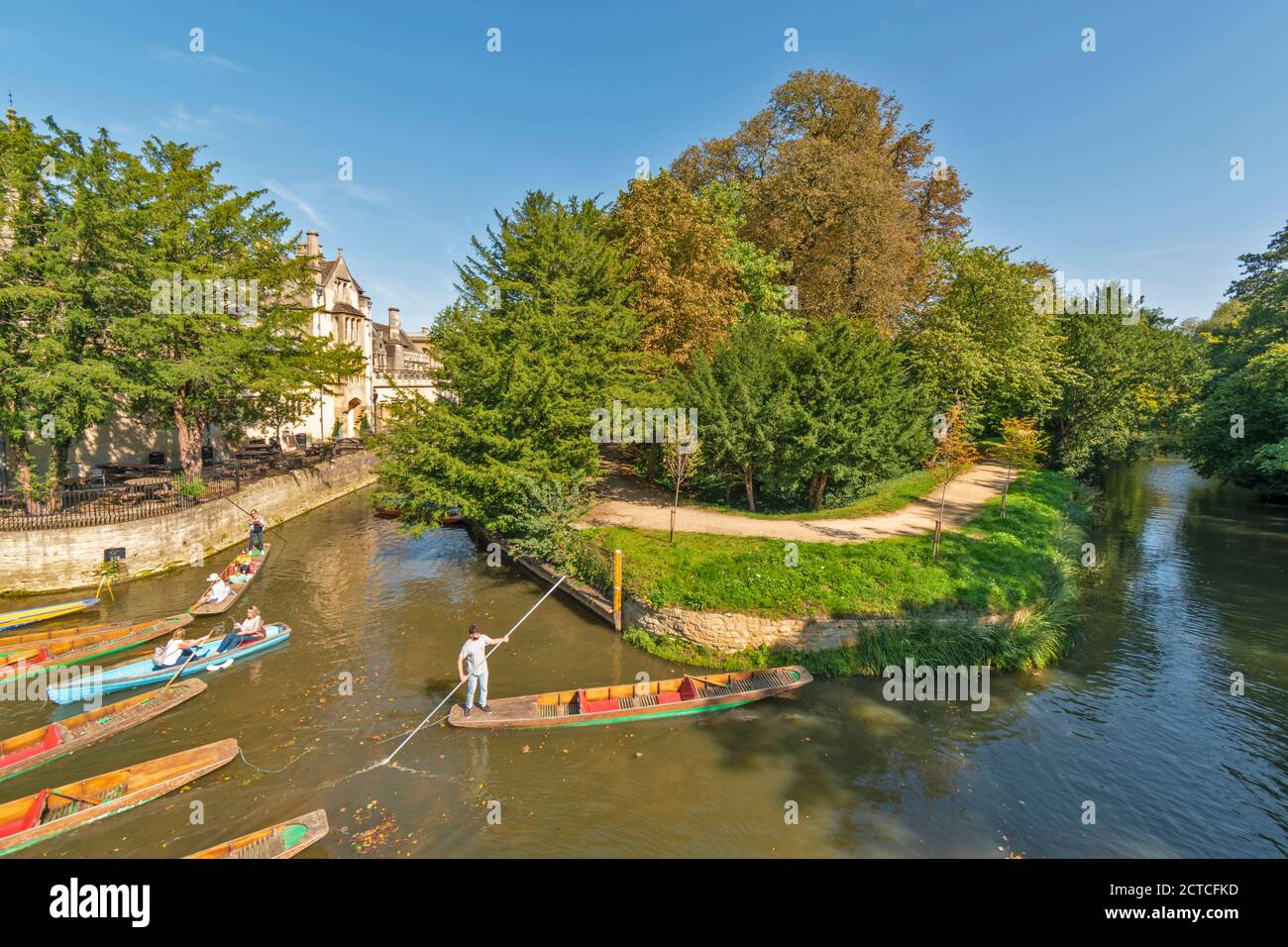 OXFORD CITY ENGLAND PUNTS AND PUNTING ON THE RIVER CHERWELL UNDER THE CHERWELL BRIDGE Stock Photo