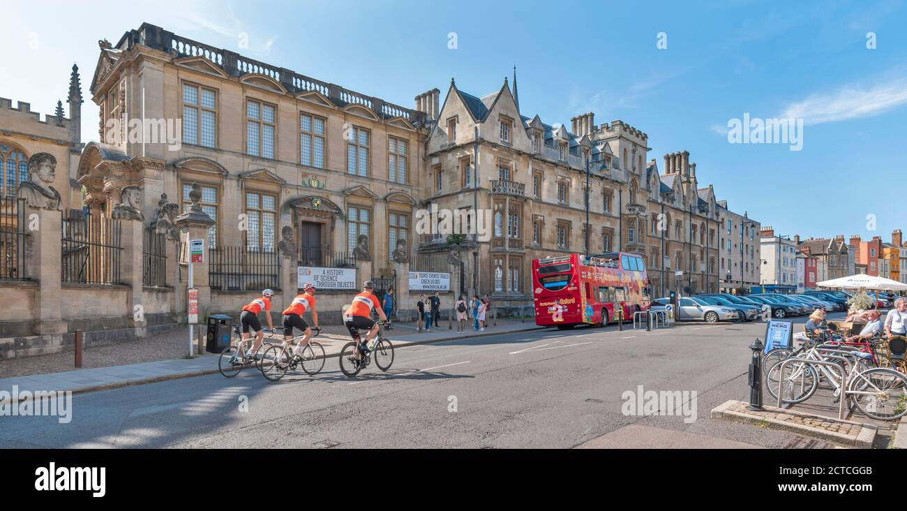 OXFORD CITY ENGLAND THREE CYCLISTS IN FRONT OF THE HISTORY OF SCIENCE MUSEUM BROAD STREET Stock Photo