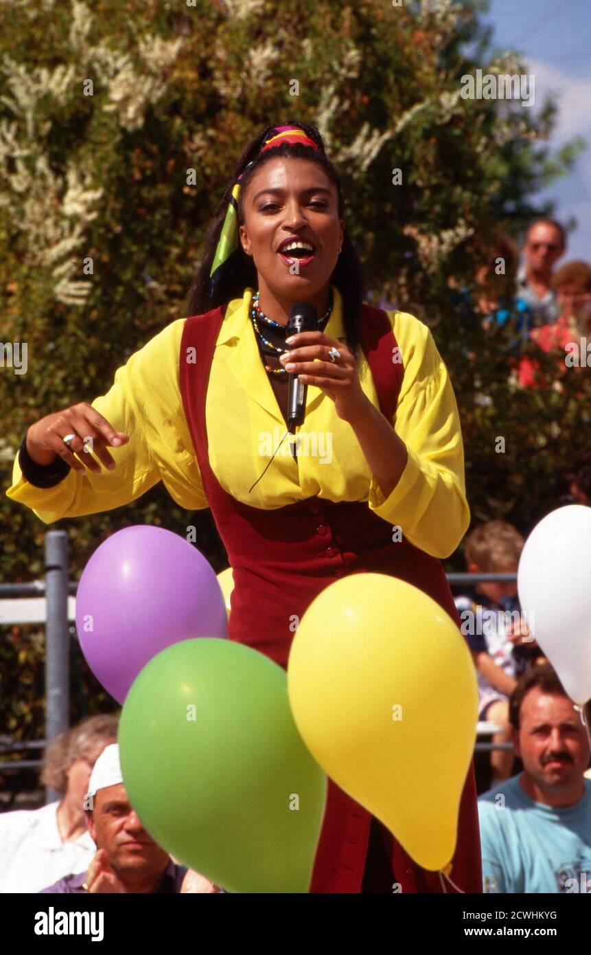 ZDF Fernsehgarten, Sonntags-Unterhaltungsshow, Sendung vom 3. Juli 1994, Gaststar: Sängerin Stock Photo