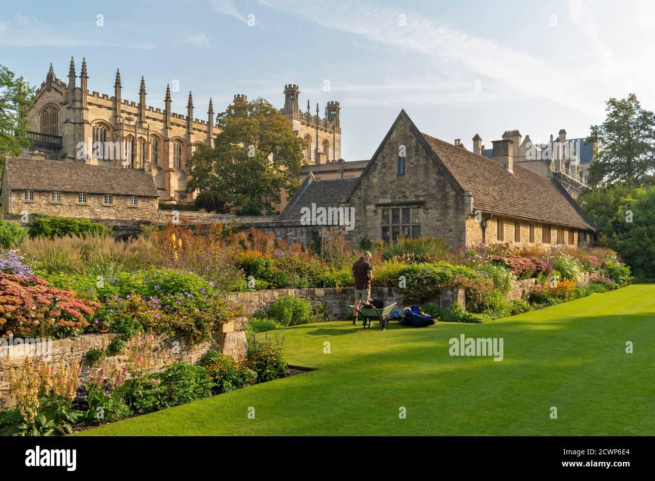 OXFORD CITY ENGLAND GARDENER AT WORK IN THE MEMORIAL GARDEN CHRIST CHURCH COLLEGE Stock Photo