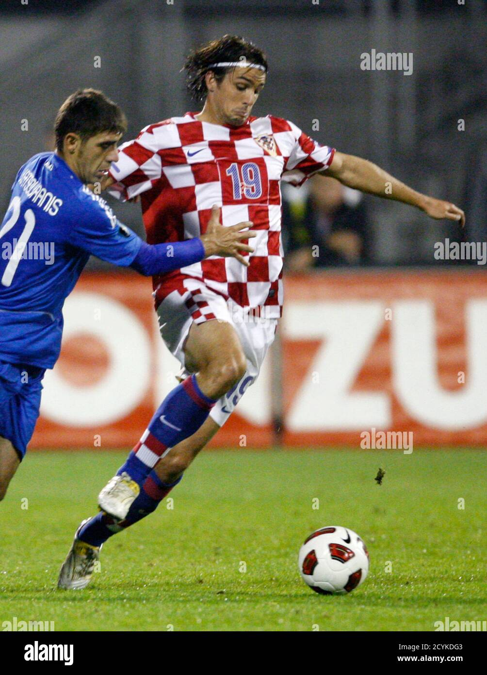 ganado Imperio Inca Juramento  Niko Kranjcar (R) of Croatia fights for the ball with Konstantinos  Katsouranis of Greece during their