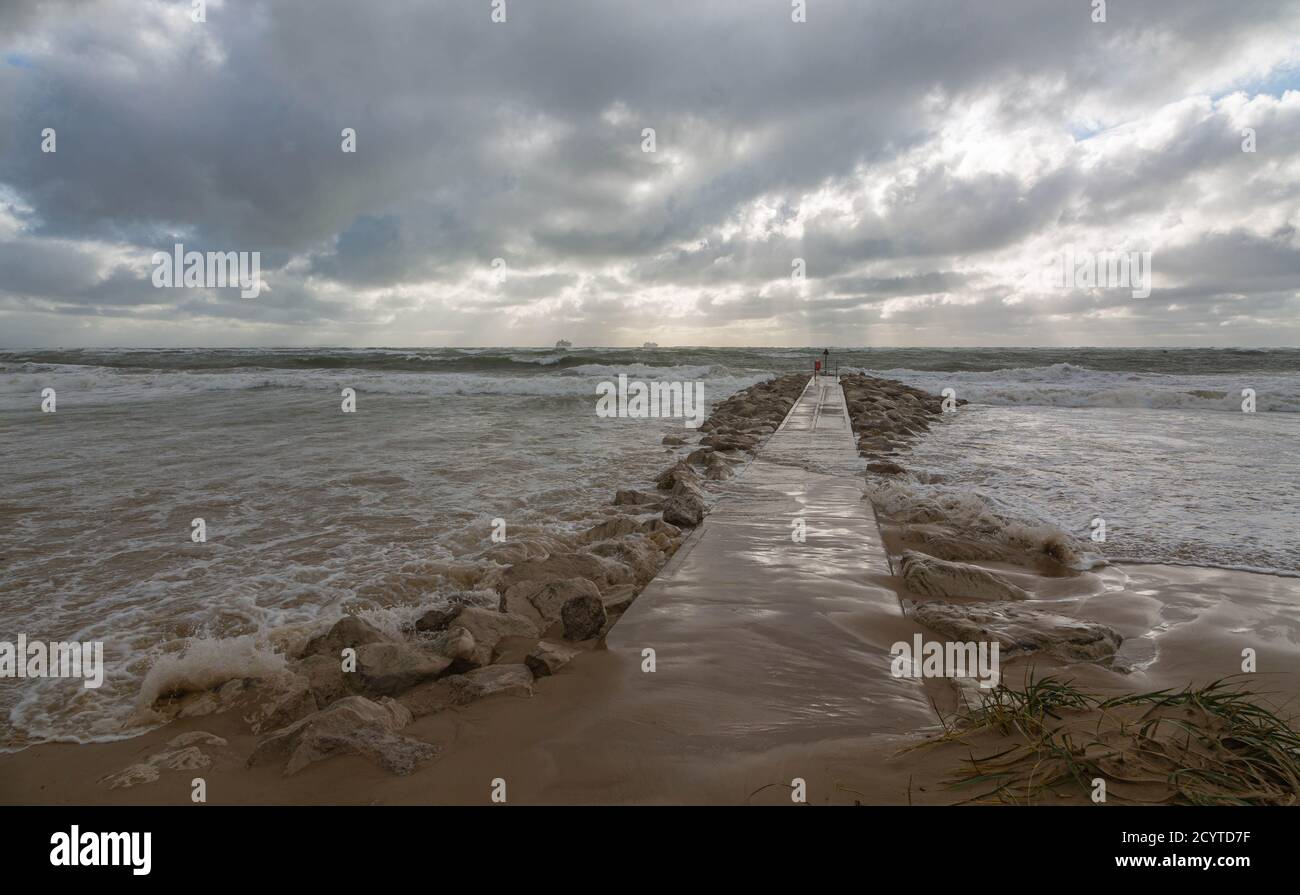 Storm Alex batters the south coast of England.  Bring  high waves and high seas at high tide.  Credit Suzanne McGowan Alamy News. Stock Photo