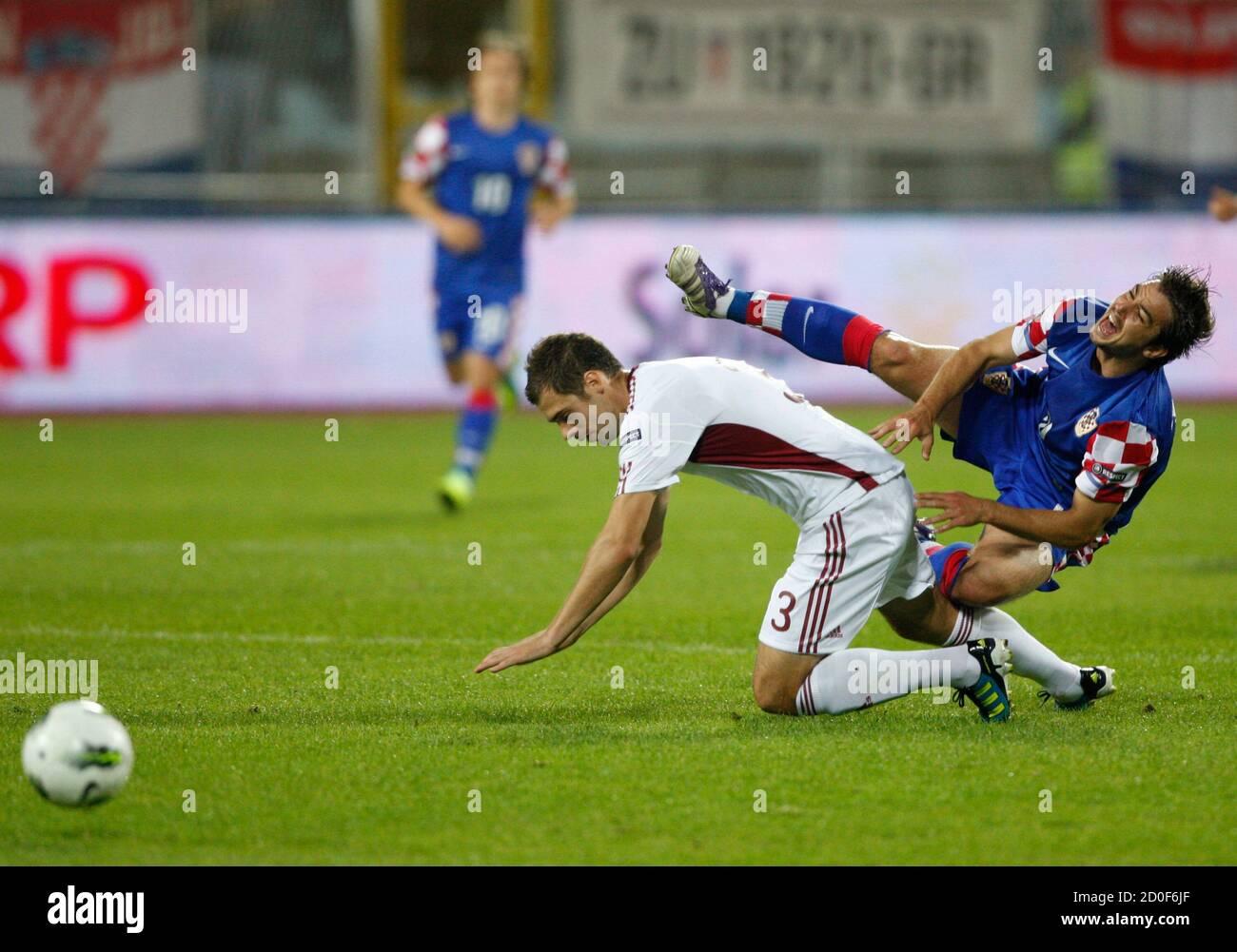 Transparentemente apertura como resultado  Croatia's Niko Kranjcar (R) challenges Latvia's Oskars Klava during their Euro  2012 Group F qualifying soccer