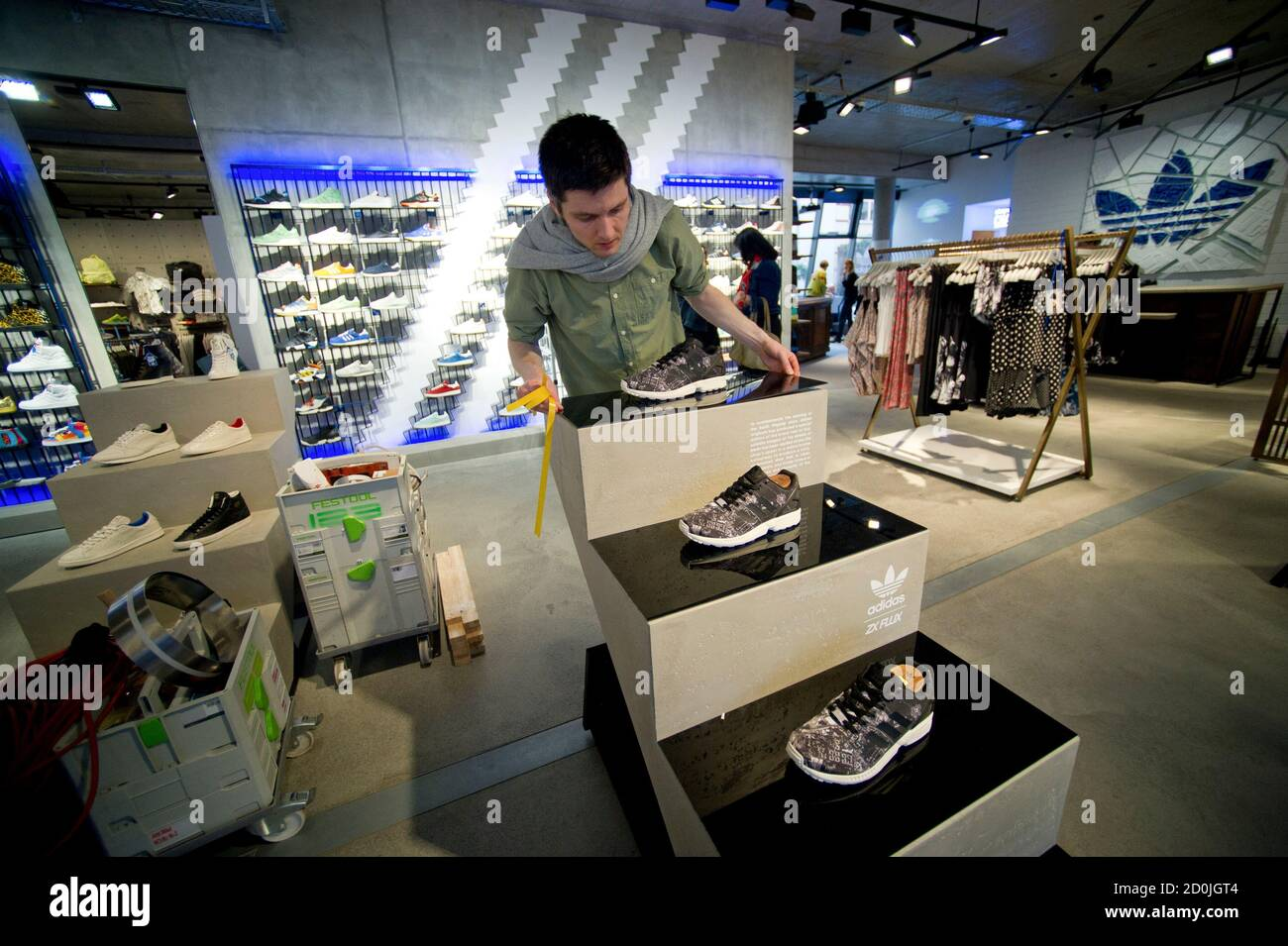 arrepentirse Rústico tarta  A worker prepares for the opening at the new Adidas Originals store in  Berlin March 27,