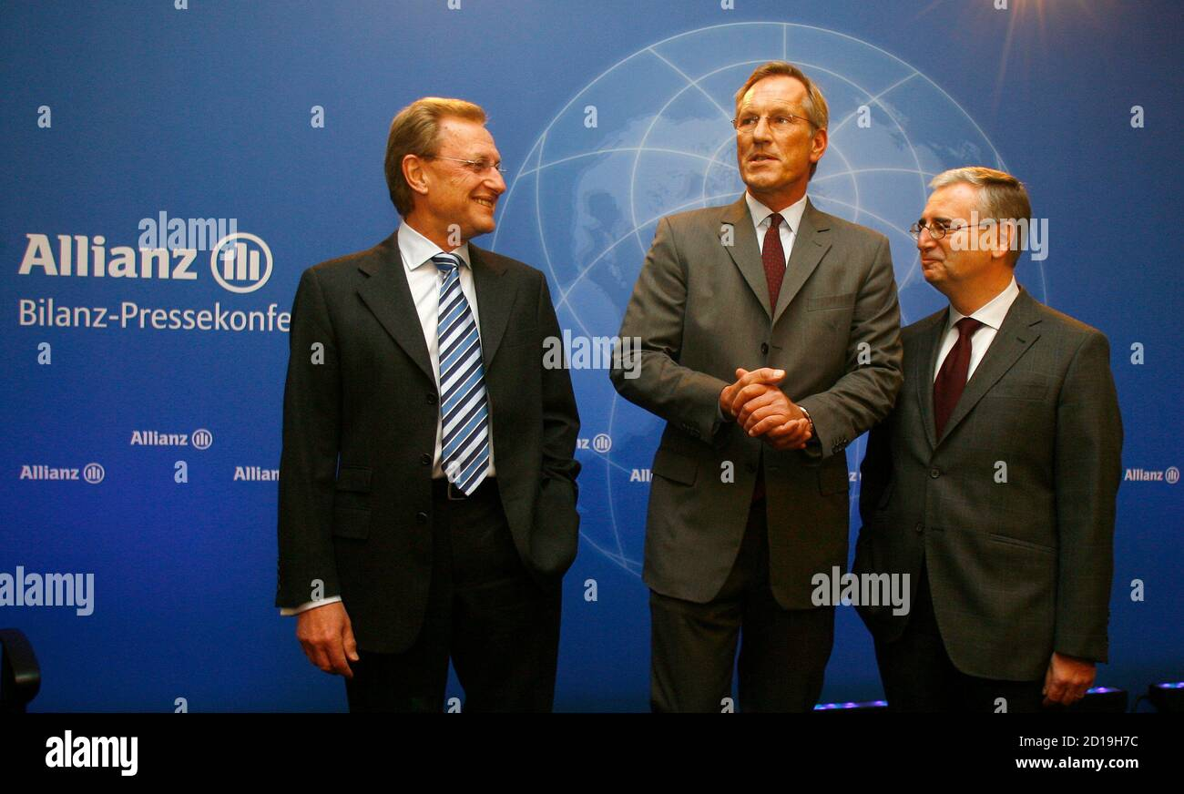 CEO of Europe's biggest insurer Allianz SE Michael Diekmann (C), Controlling Chief Helmut Perlet (L) and CFO Paul Achleitner (R) arrive for the company's annual news conference in Munich, February 26, 2009.  REUTERS/Alexandra Beier (GERMANY) Stock Photo