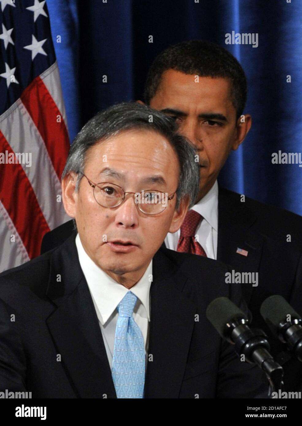 U.S. President-elect Barack Obama (R) looks on as Steven Chu, director of Lawrence Berkeley National Lab, speaks after being introduced as Obama's Energy Secretary nominee during a news conference in Chicago, December 15, 2008. Obama also named former Environmental Protection Agency chief Carol Browner to head a new council to coordinate White House energy, climate and environment policies, and Lisa Jackson, chief of staff for New Jersey's governor, to run the EPA.     REUTERS/Stephen J. Carrera (UNITED STATES) Stock Photo