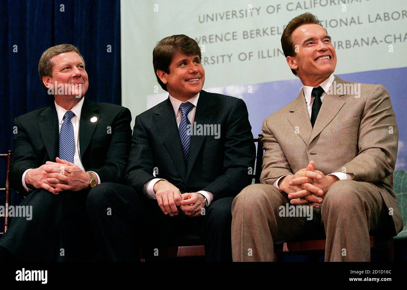 California Governor Arnold Schwarzenegger (R), Illinois Governor Rod Blagojevich (C), and BP America Chairman Robert Malone, hold a press conference in Berkeley, California February 1, 2007. British oil major BP Plc on Thursday announced that universities in California and Illinois will join company scientists in a $500 million energy research program focused on cleaner, alternative fuels.  REUTERS/Kimberly White (UNITED STATES) Stock Photo