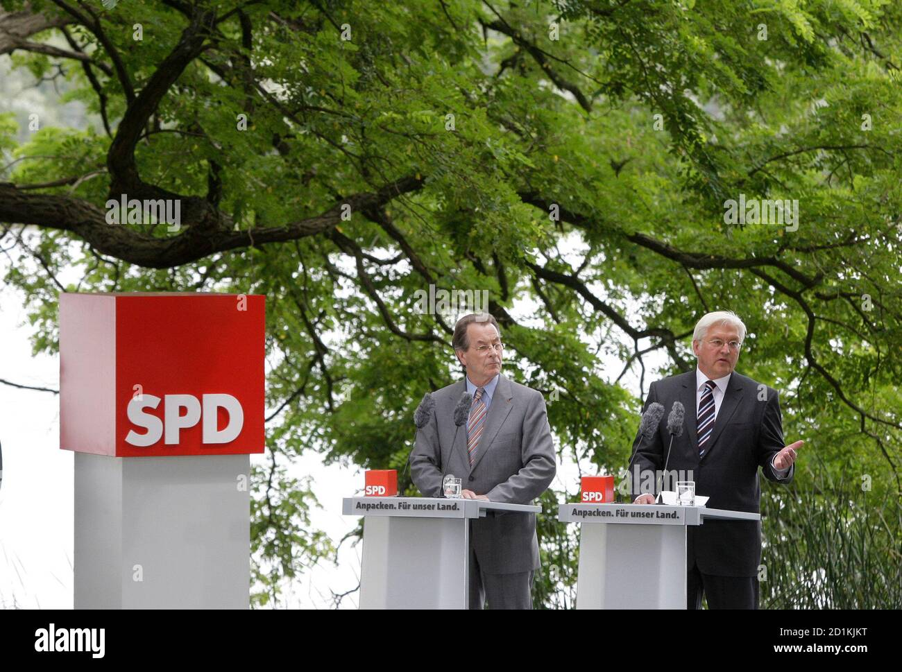 Frank-Walter Steinmeier (R), Germany's Social Democratic candidate for chancellor and SPD leader Franz Muentefering address the media in Potsdam, July 30, 2009.     REUTERS/Tobias Schwarz     (GERMANY POLITICS ELECTIONS) Stock Photo