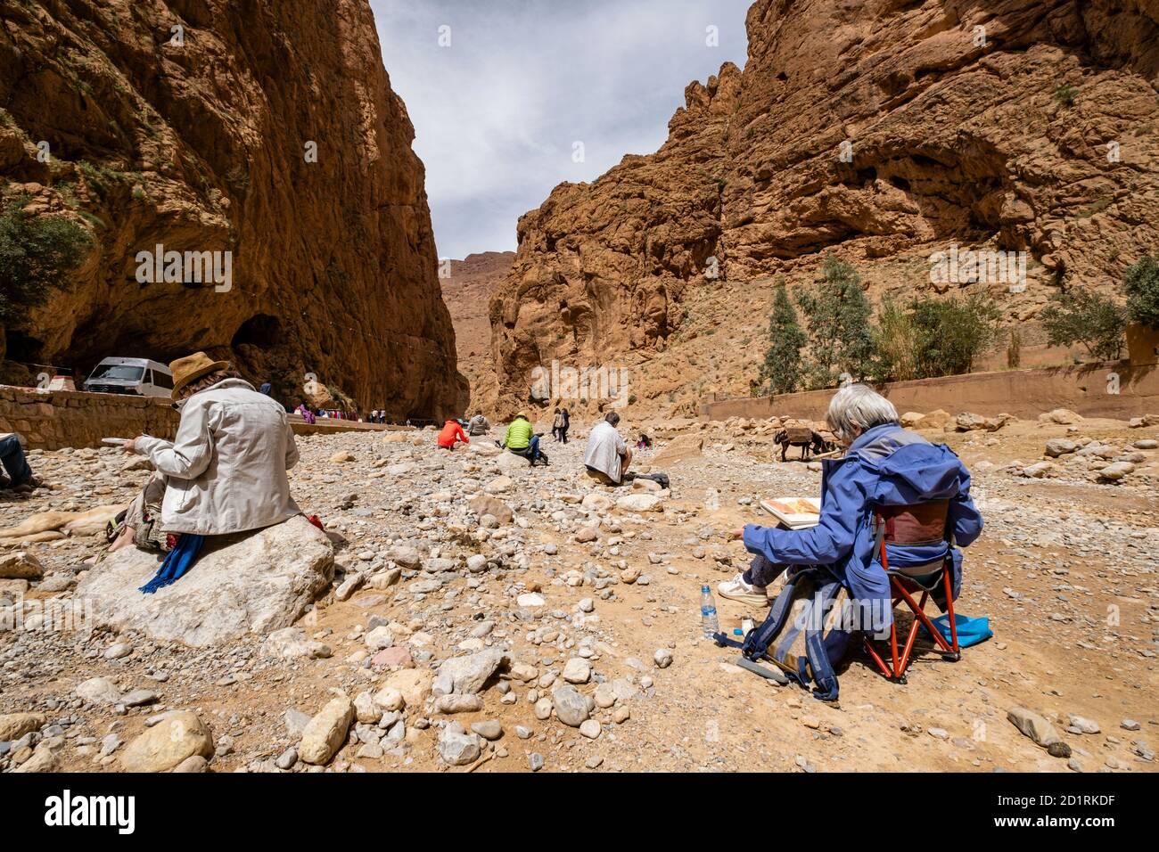 escuela de pintores estudiando en las Gargantas del Todgha, Alto Atlas, Marruecos, Africa Stock Photo