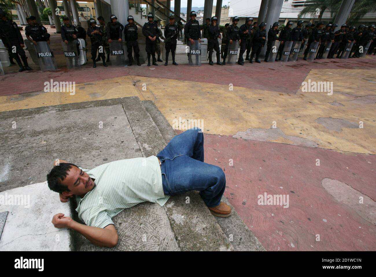 A supporter of Honduras' ousted President Manuel Zelaya takes a rest during a protest outside the National Congress in Tegucigalpa November 2, 2009.REUTERS/Oswaldo Rivas (HONDURAS CONFLICT POLITICS) Stock Photo